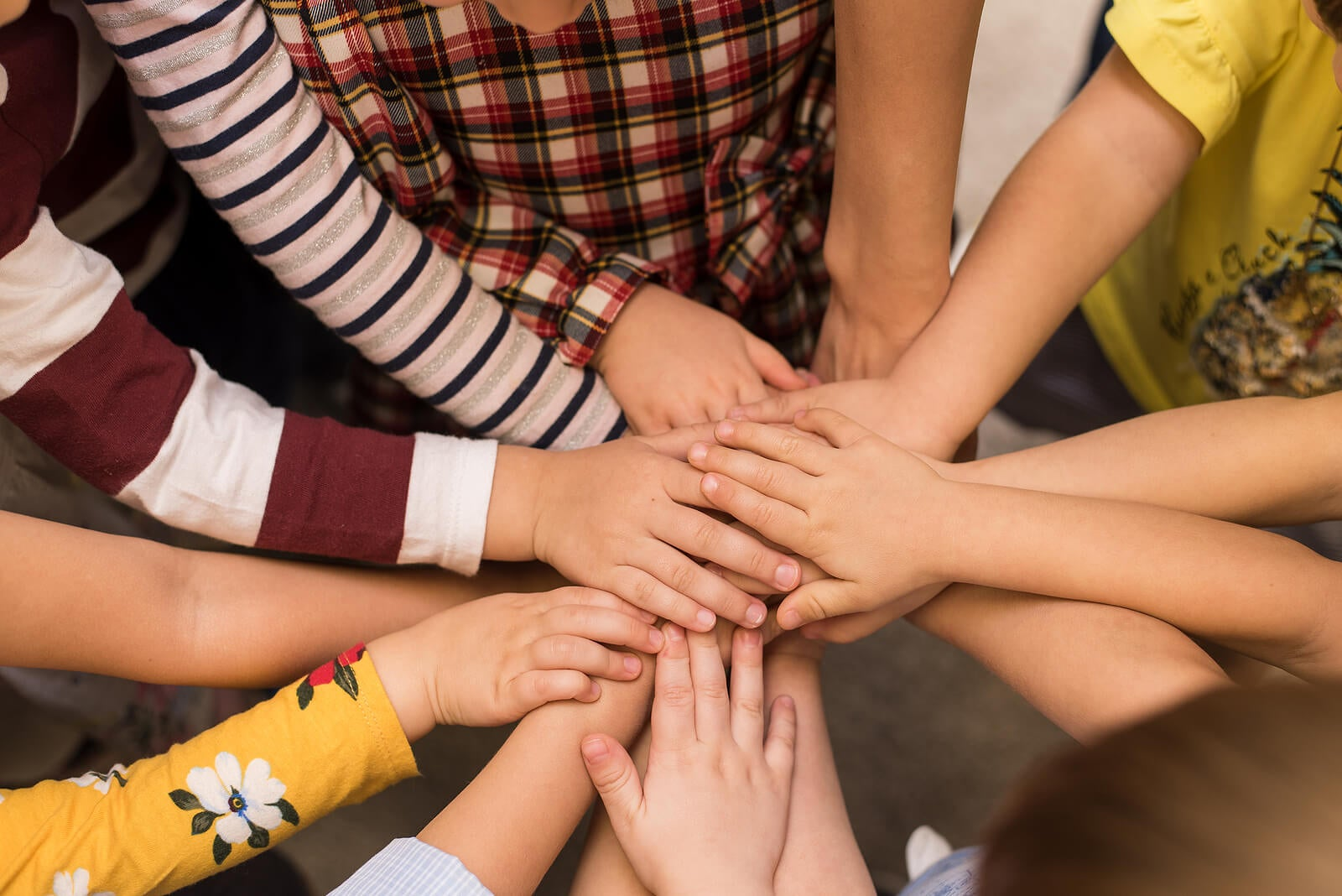 Les enfants se donnent la main en équipe