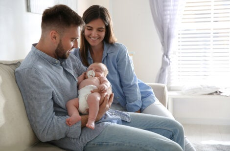 Padres con su bebé recién nacido en casa.
