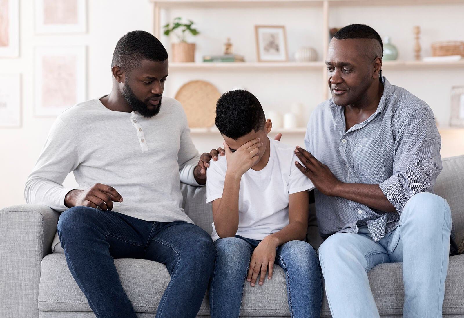 Padre hablando con su pequeño sobre el trastorno de estrés postraumático.
