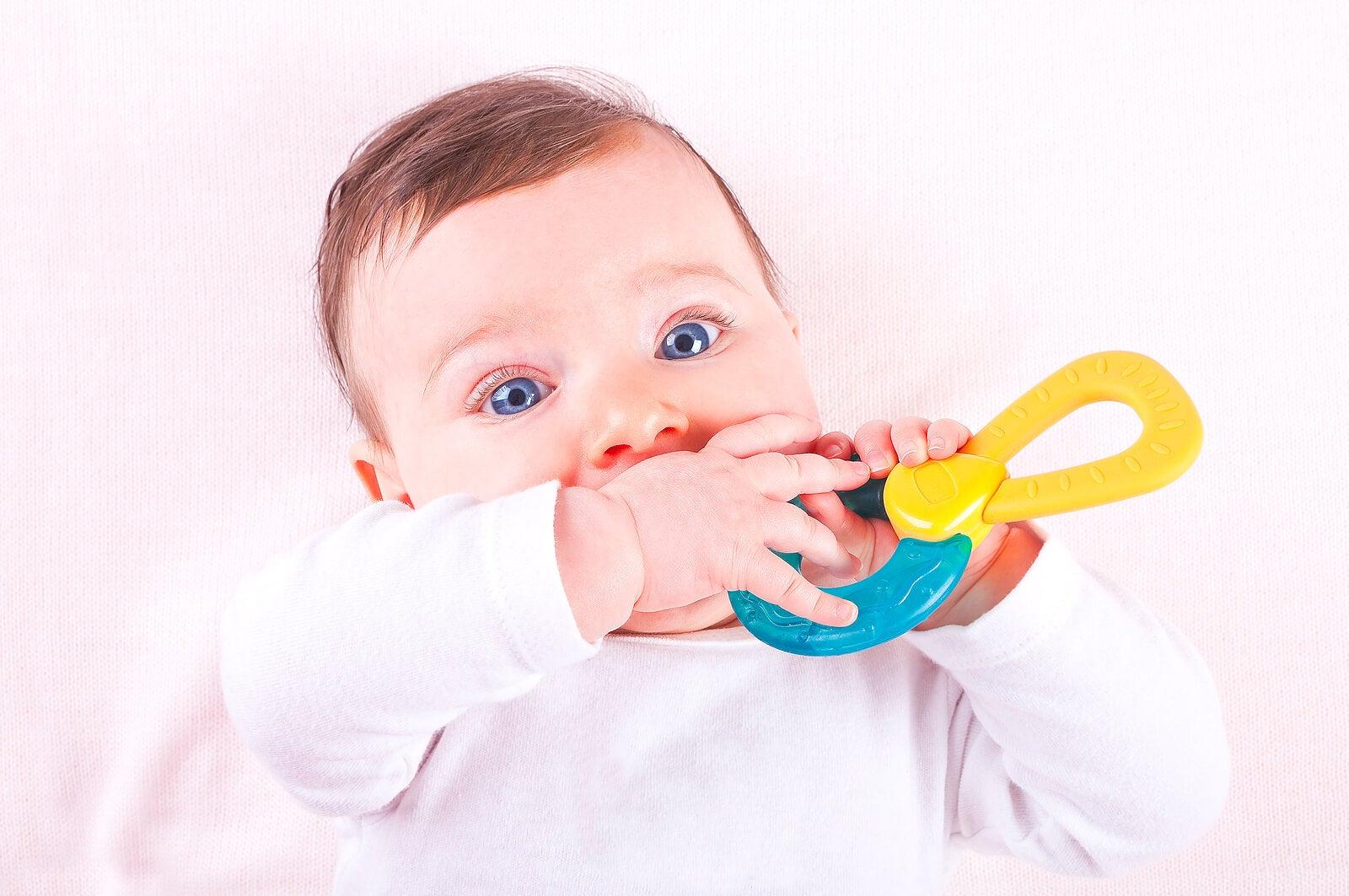 Bebé con un mordedor para los dientes.
