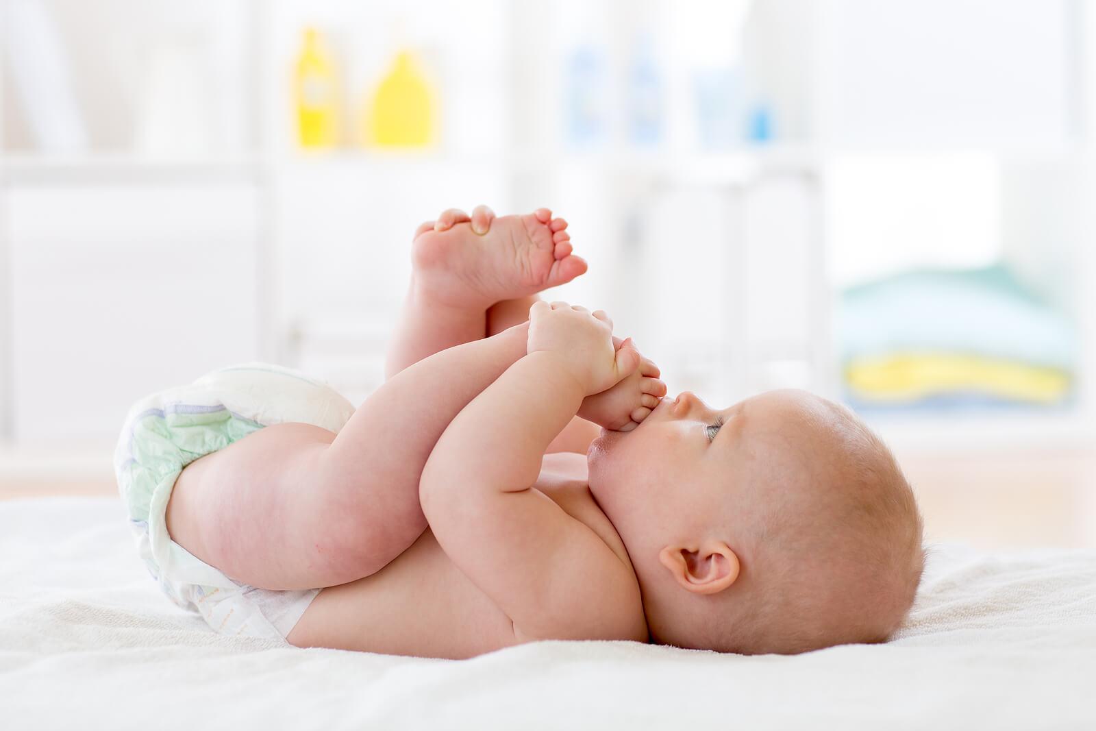 Bebé jugando con sus pies.
