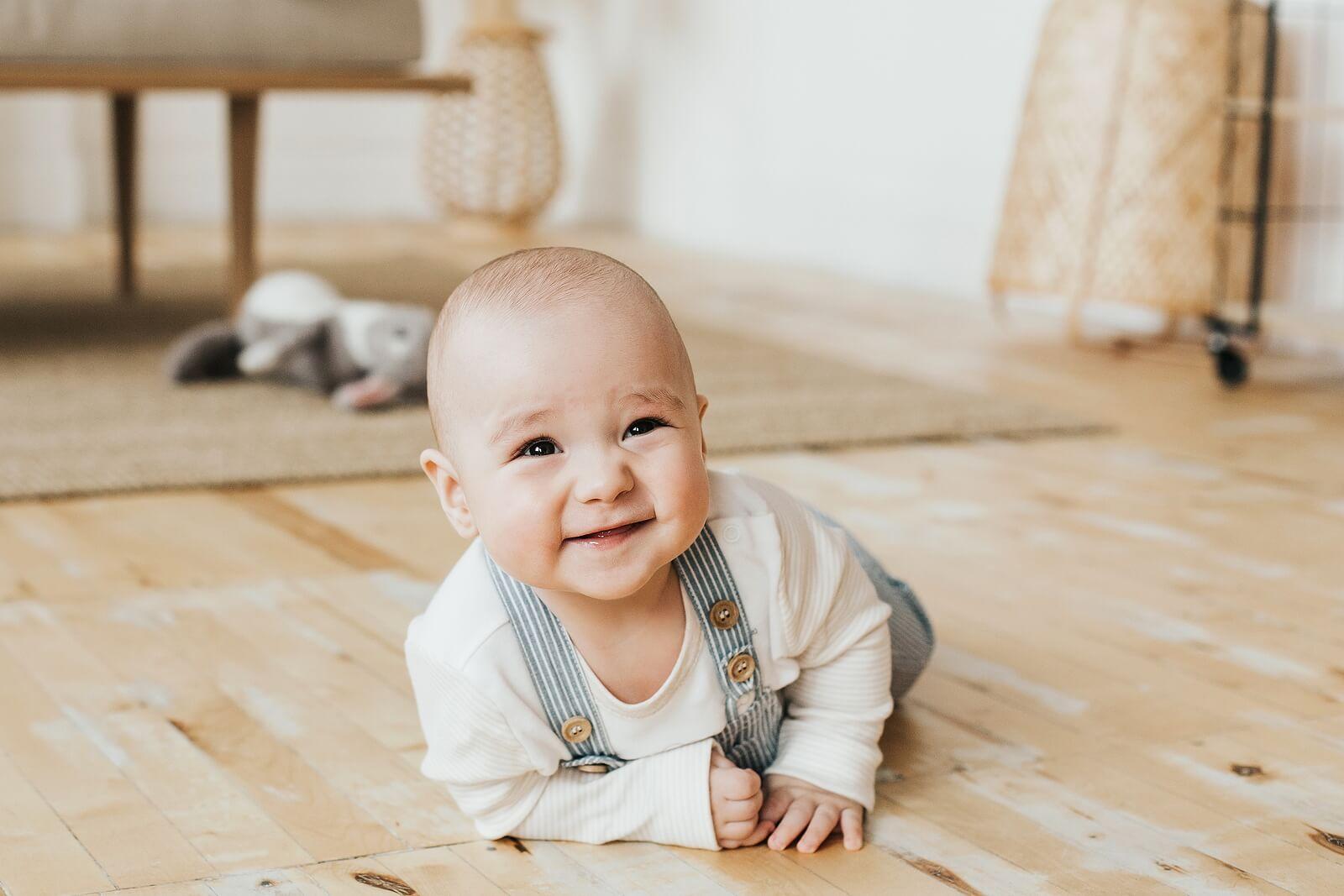 Bebé feliz mientras practica el arrastre.