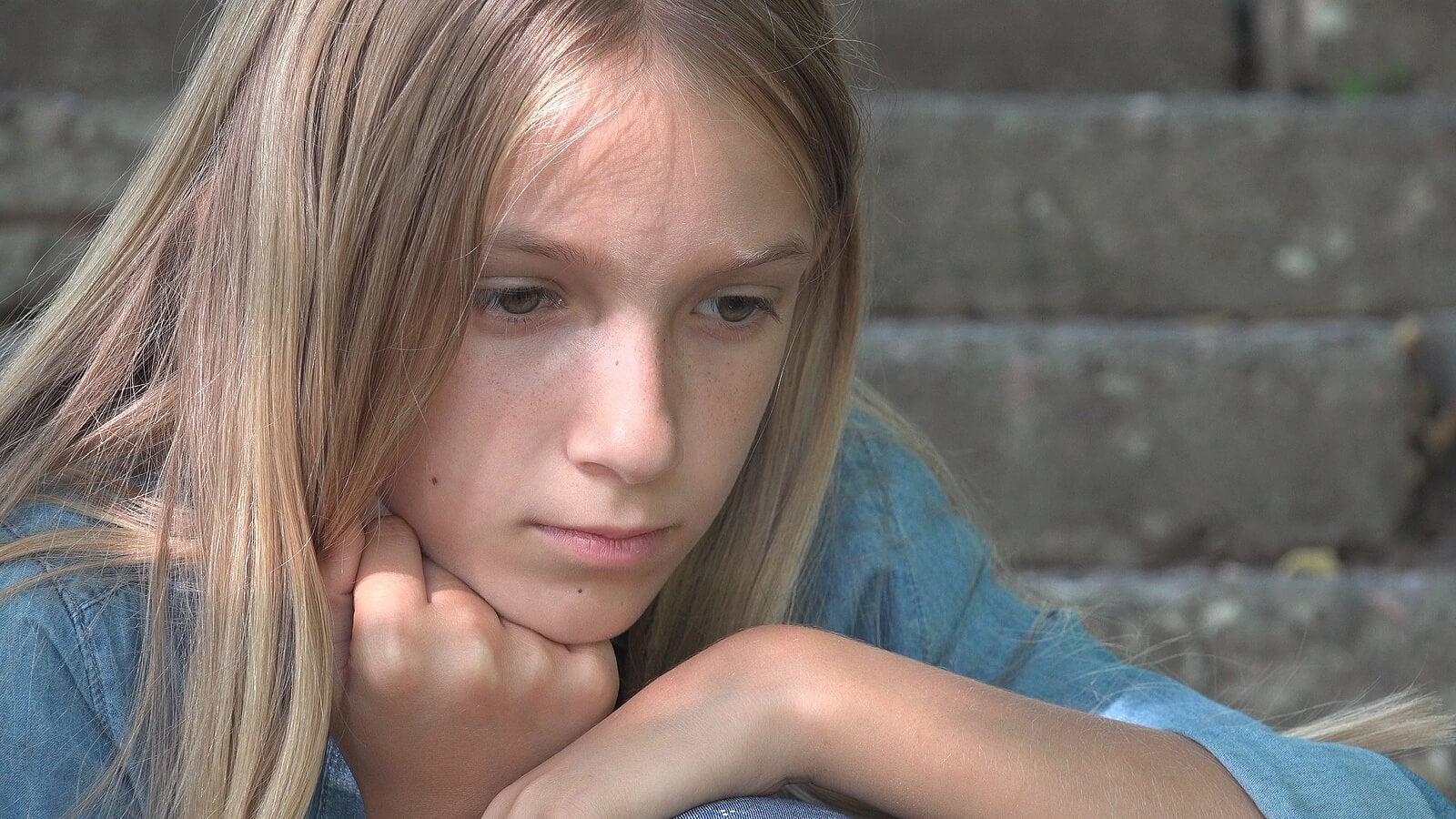 Chica adolescente pensativa.