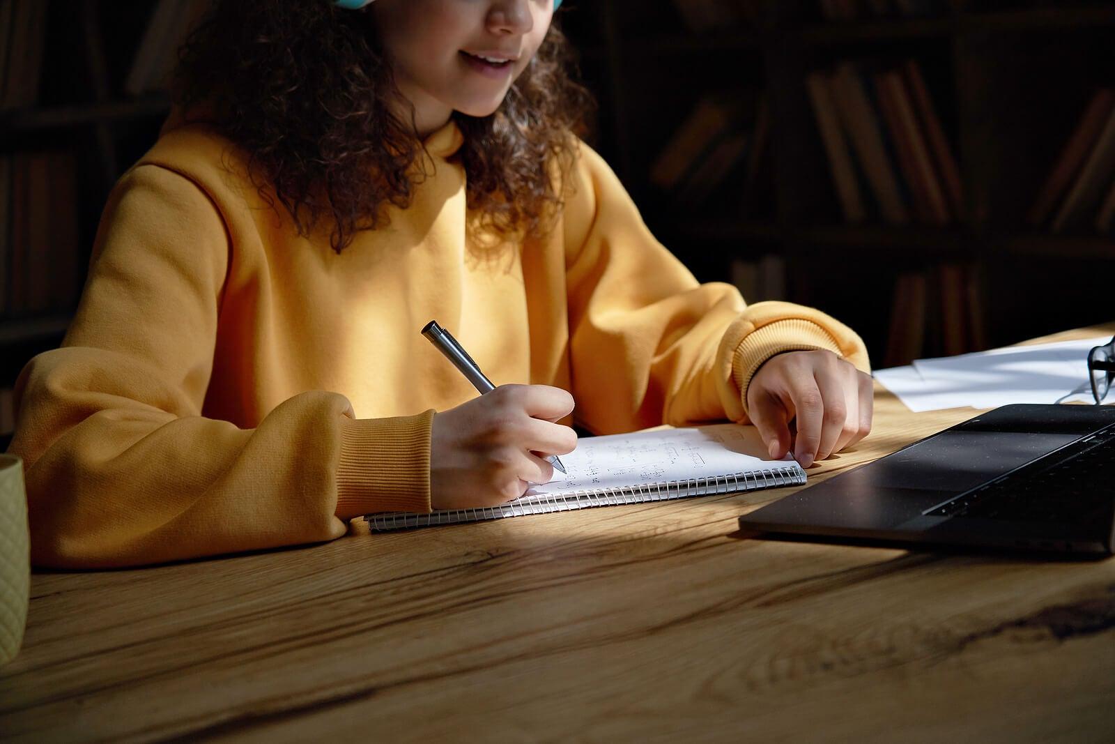 Chica estudiando con la técnica de la evocación.