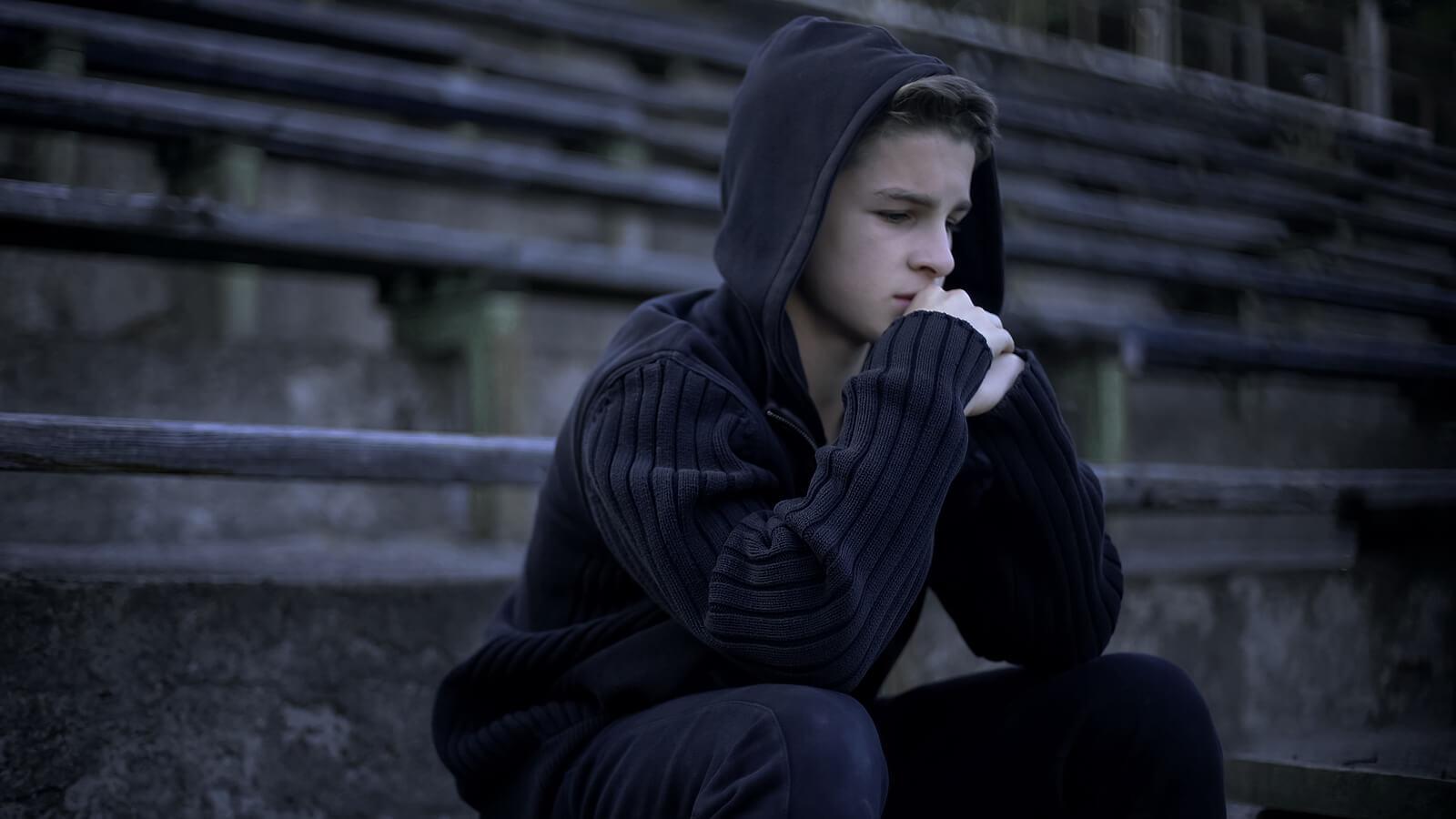 Chico adolescente prensando mucho sobre el miedo al fracaso.