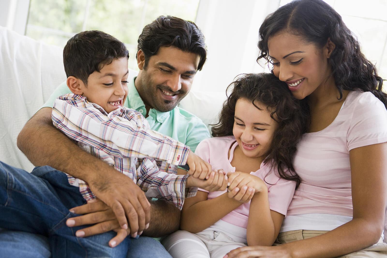 Padres abrazando a sus hijos.