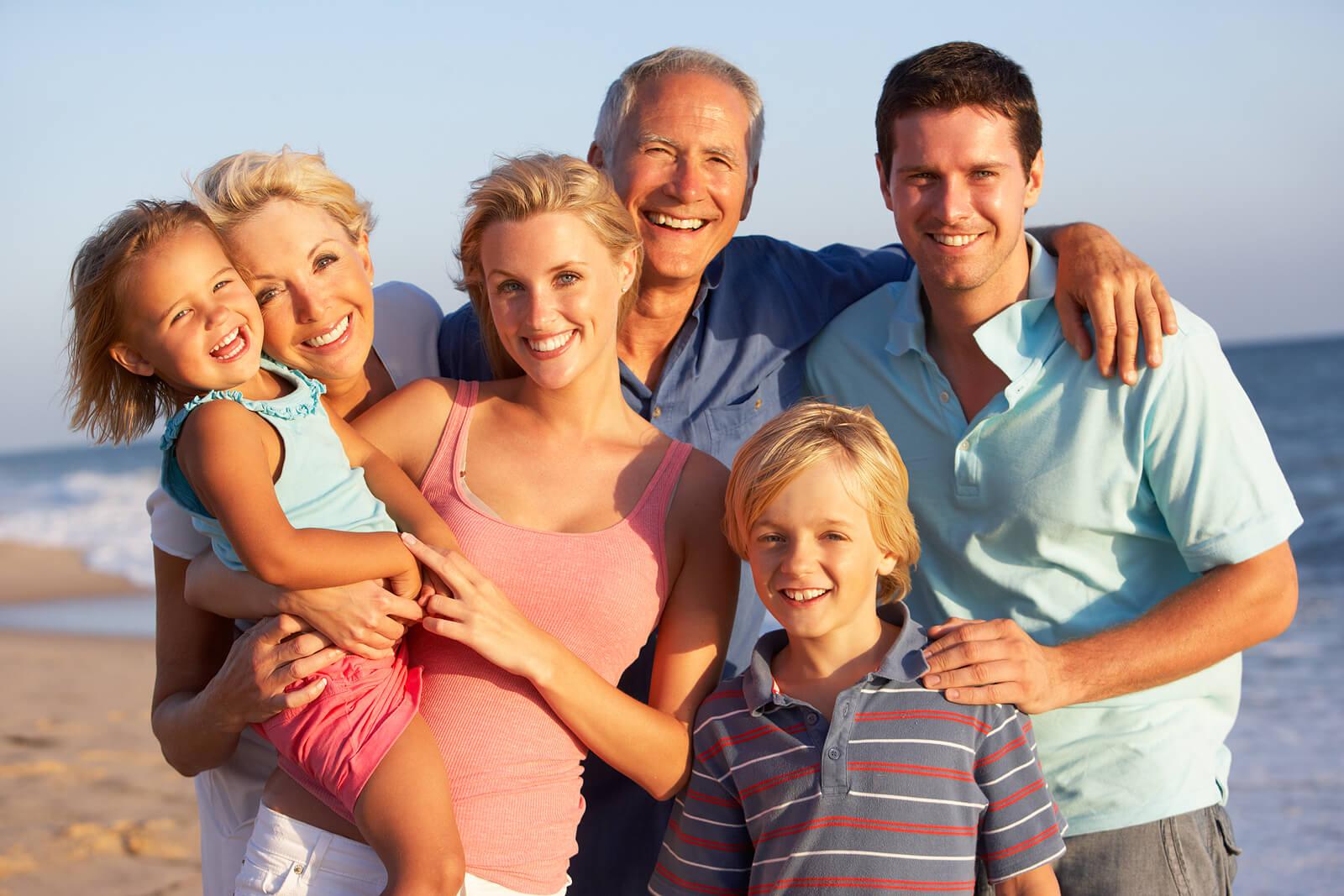 Familia mostrando la importancia del apoyo familiar.