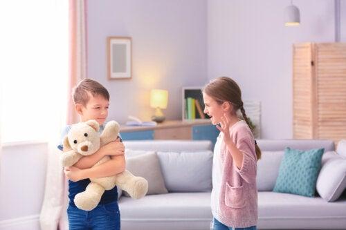 Si tus hijos pelean todo el tiempo, prueba estas herramientas de disciplina