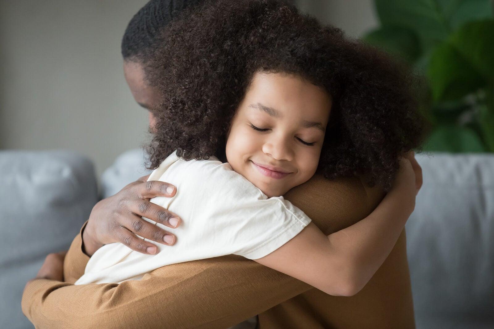Hija dando un abrazo a su padre.