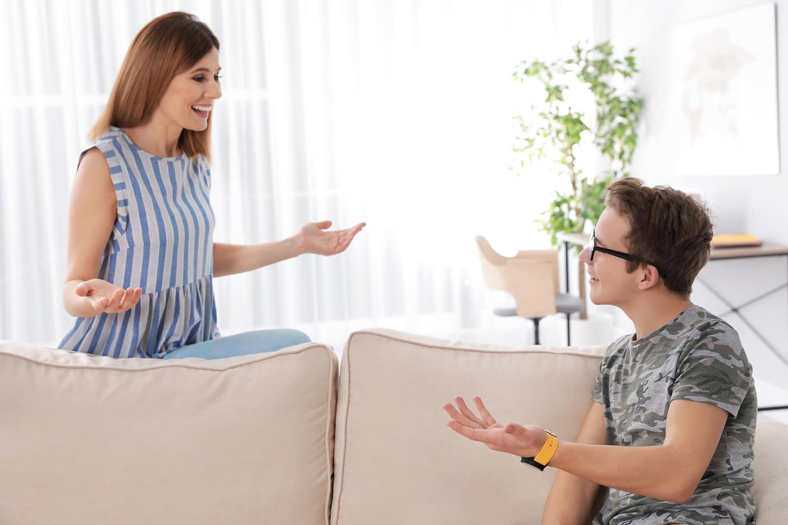 Madre evitando interrogar a su hijo adolescente.