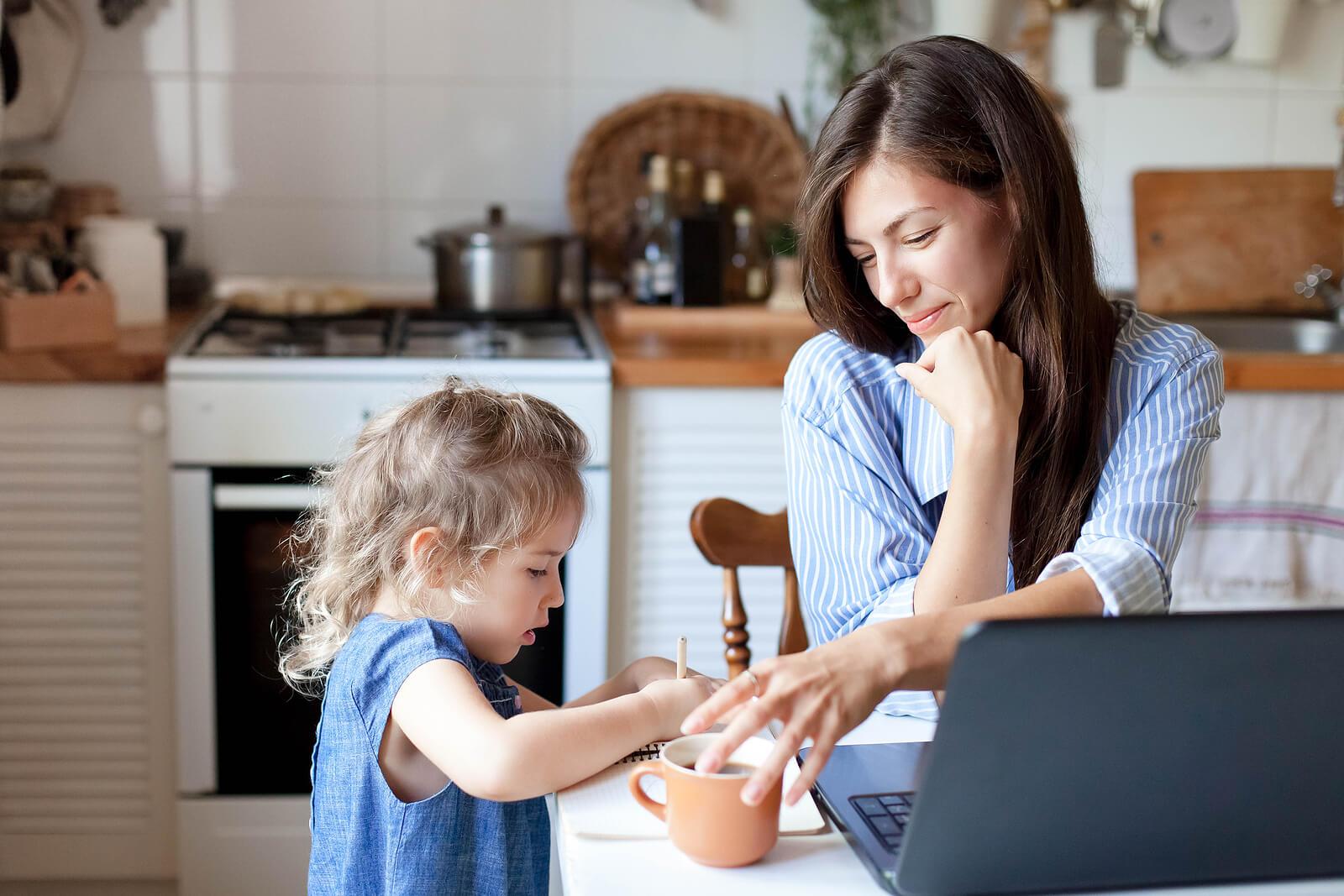 Madre e hija trabajando juntas en la cocina.