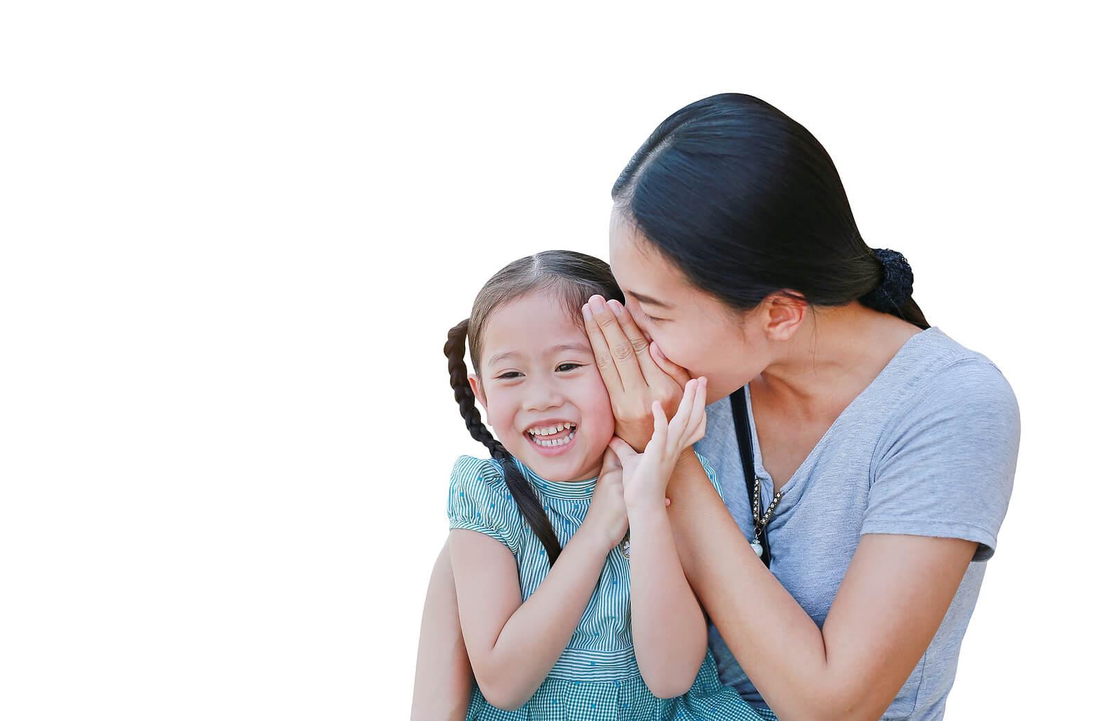 Madre contándole secretos de su infancia a su hija.