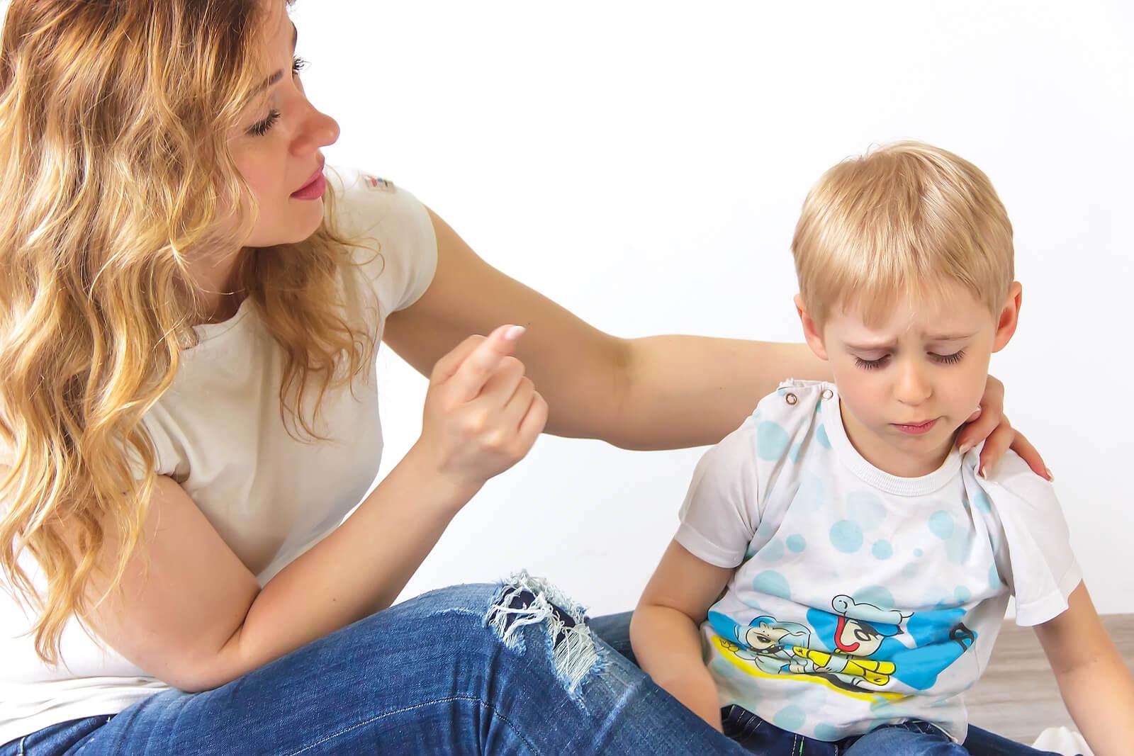 Madre hablando con su hijo porque tiene que repetirle las cosas 5 veces.
