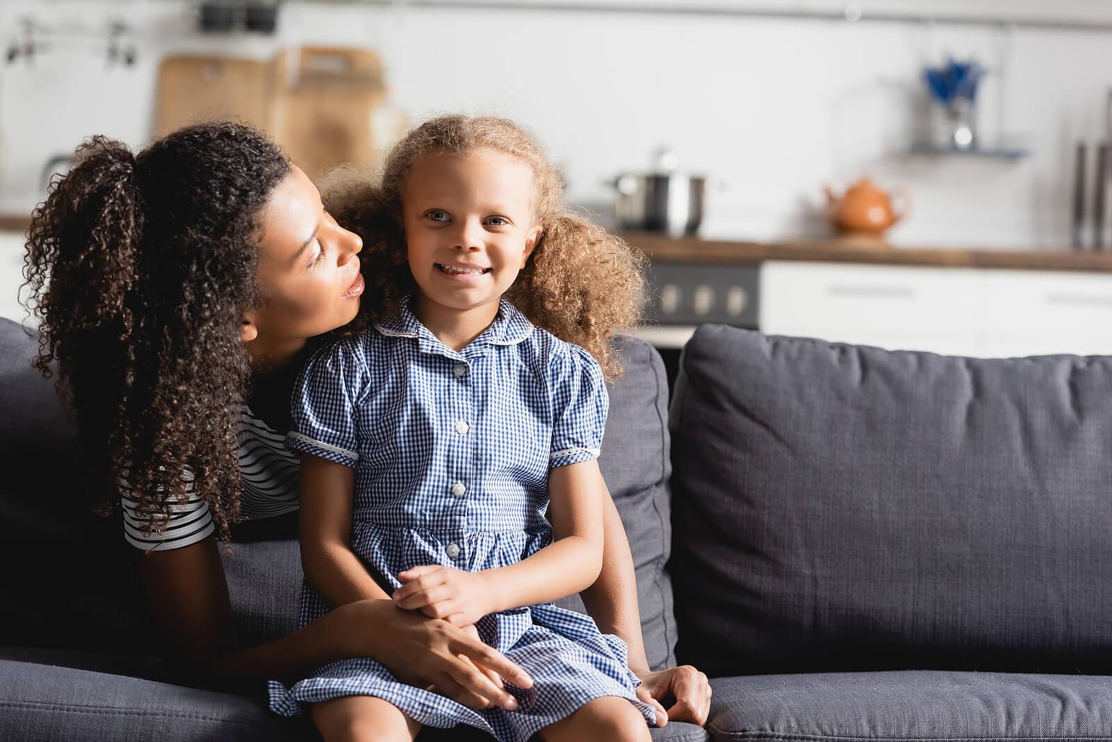 Madre hablando con su hija para desarrollar madurez emocional.