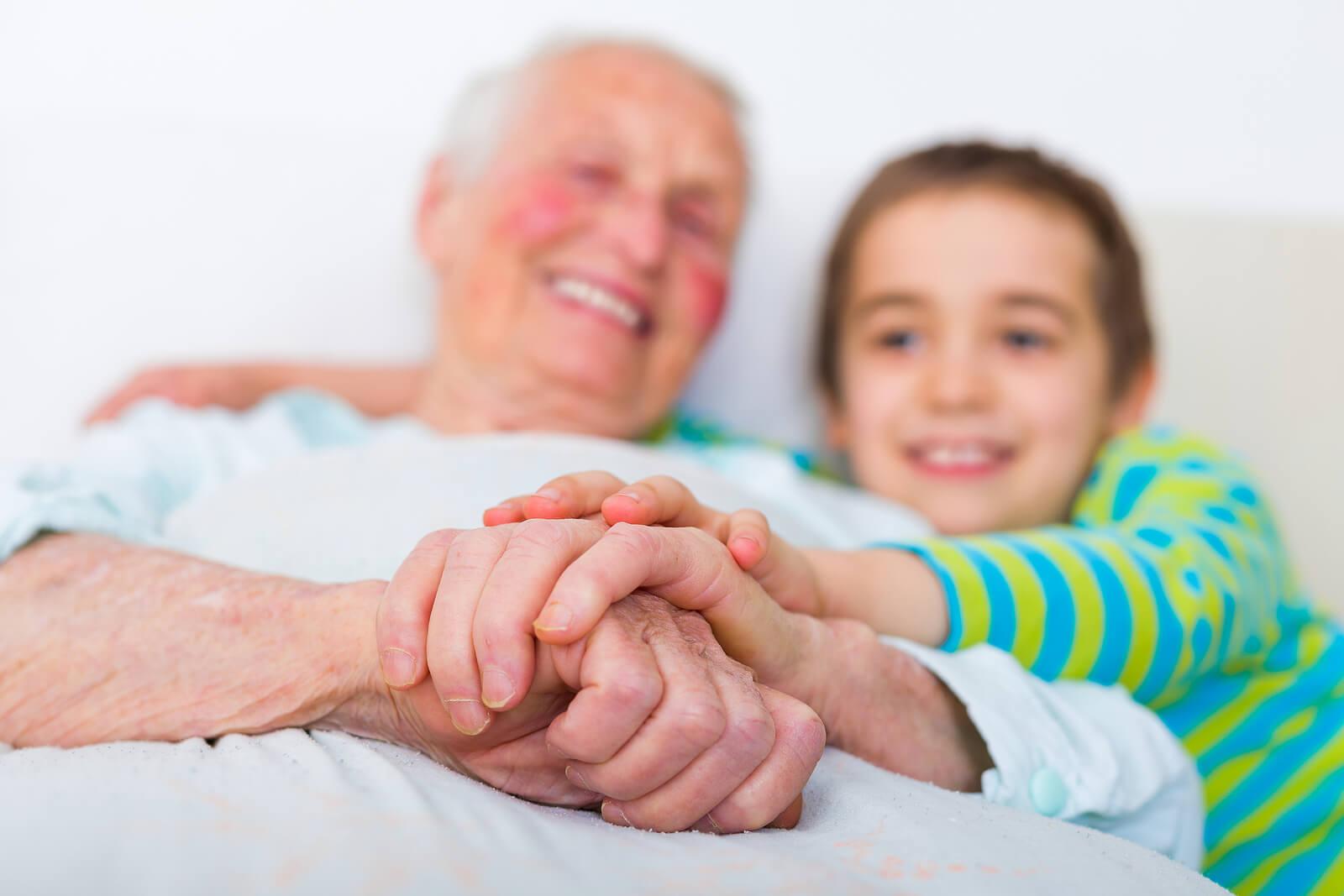 Nieto abrazando a su abuelo con alzhéimer.