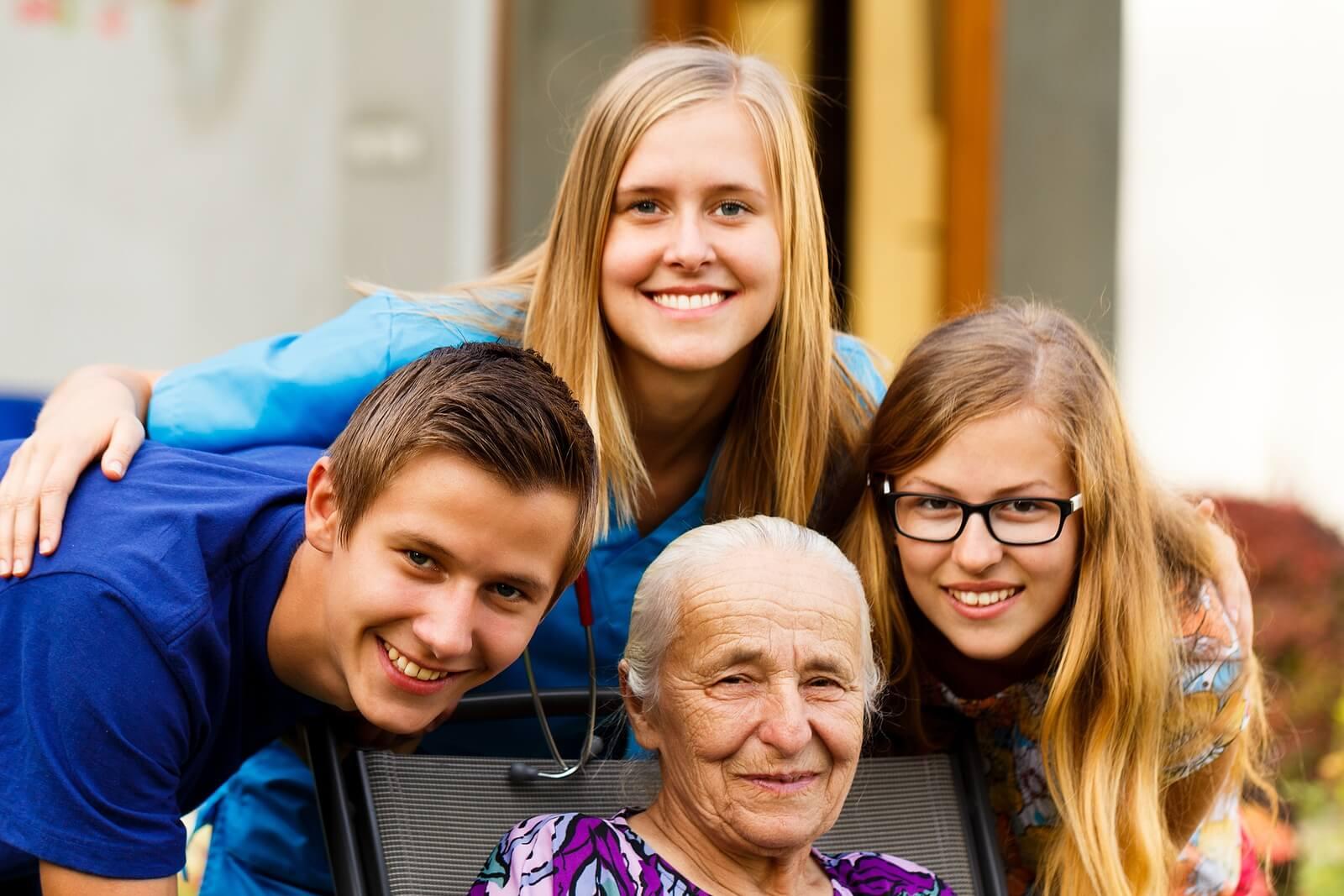 Nietos visitando a su abuela con alzhéimer.