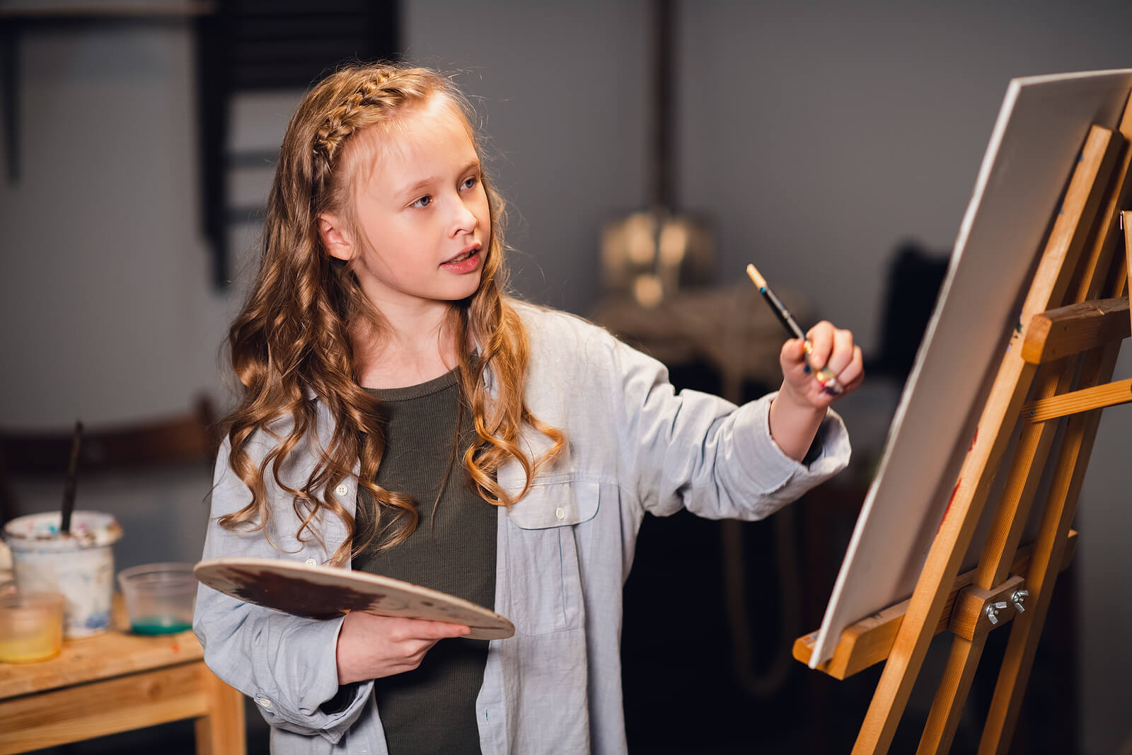 Niña en clases de pintura para fomentar sus talentos.