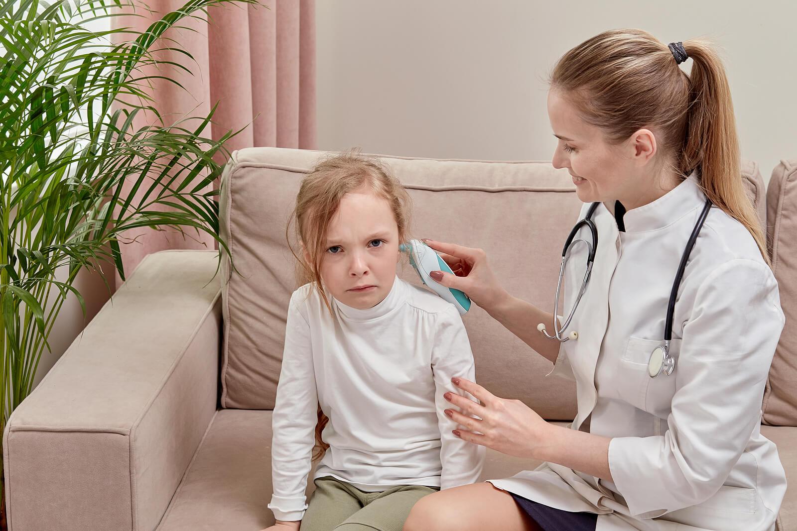 Niña llorando en la consulta del médico porque tiene miedo al pediatra.