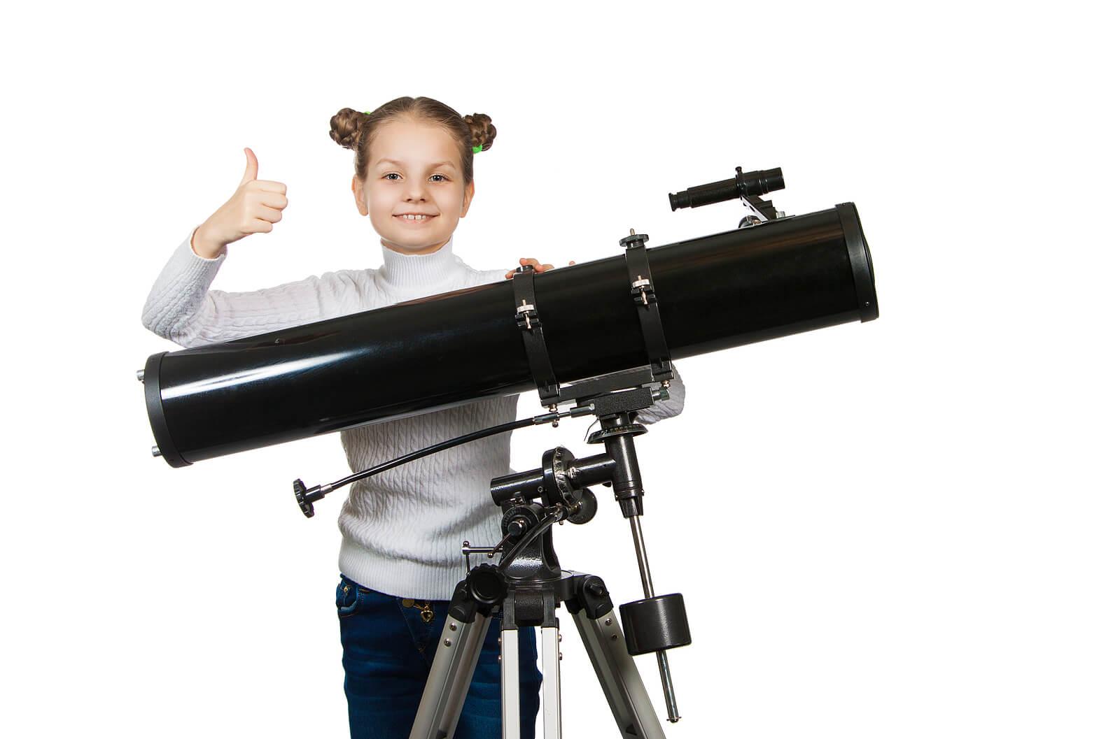 Niña con un telescopio casero.