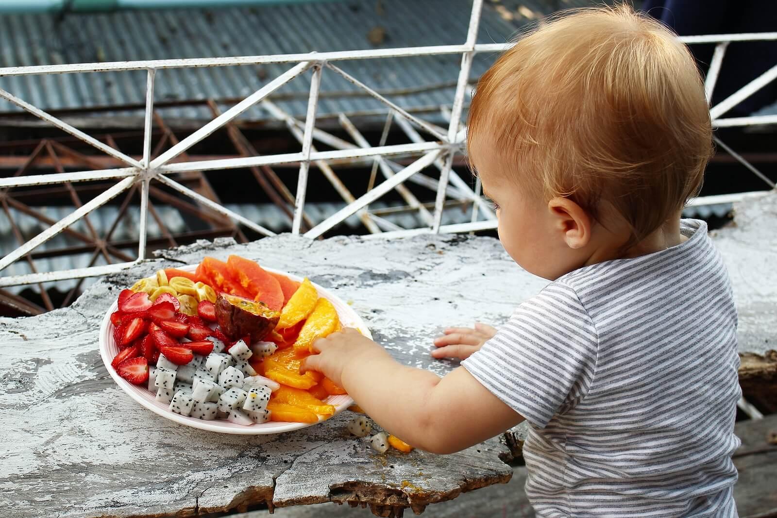 Niño probando frutas para comprobar si tiene alergía LTP.