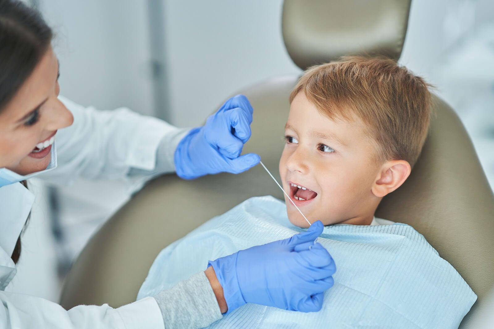 Que los niños no tengan que usar el hilo dental es uno de los mitos sobre las caries infantiles.