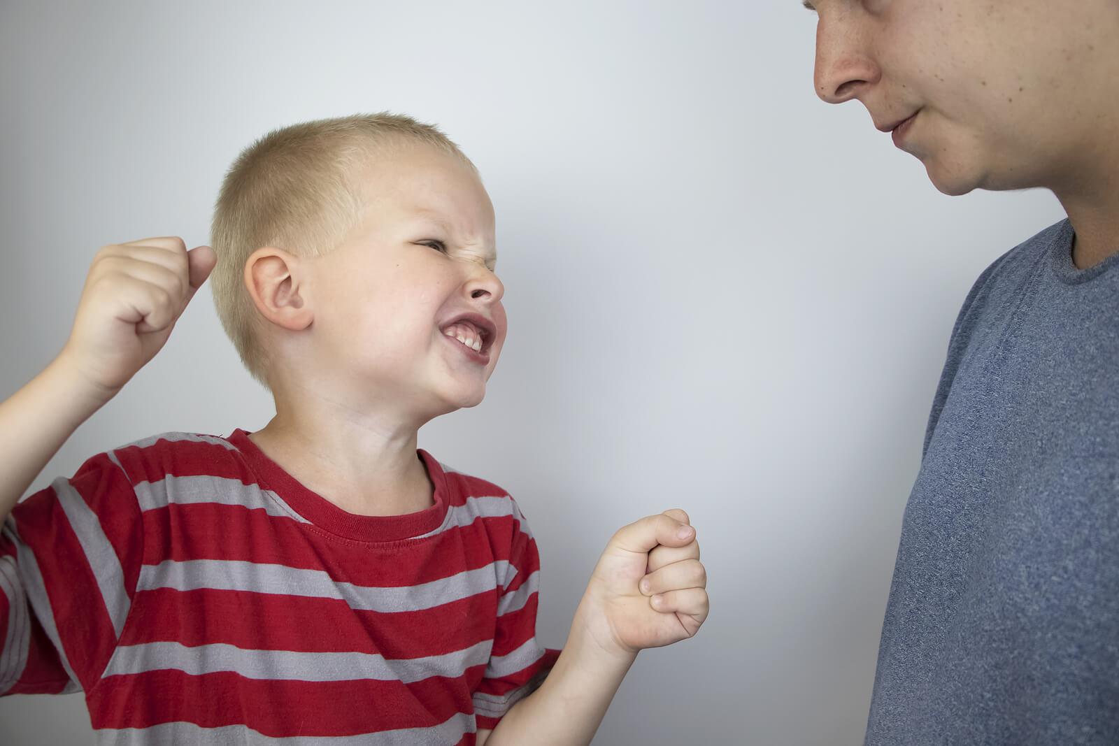 Niño enfadado desafiando a su padre.