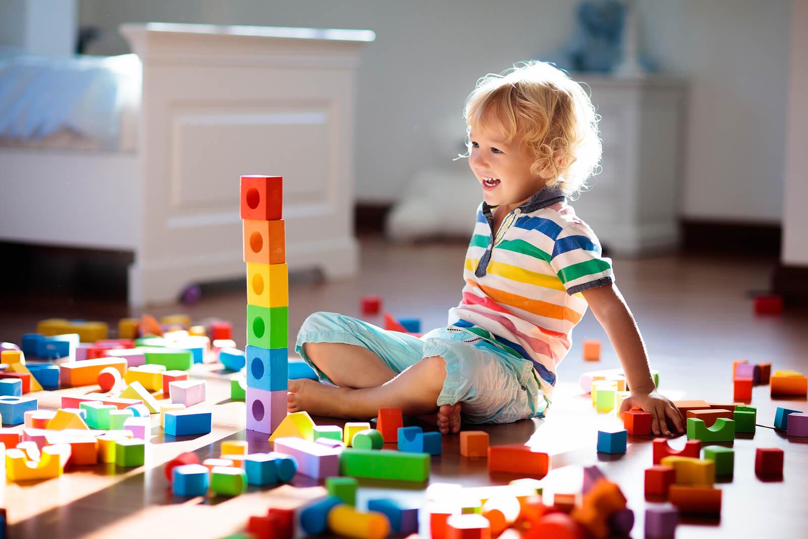 Niño aprendiendo mientras juega gracias al juego creativo.