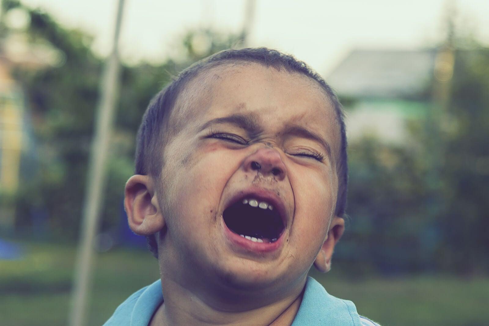 Niño gritando enfadado usando la manipulación emocional.