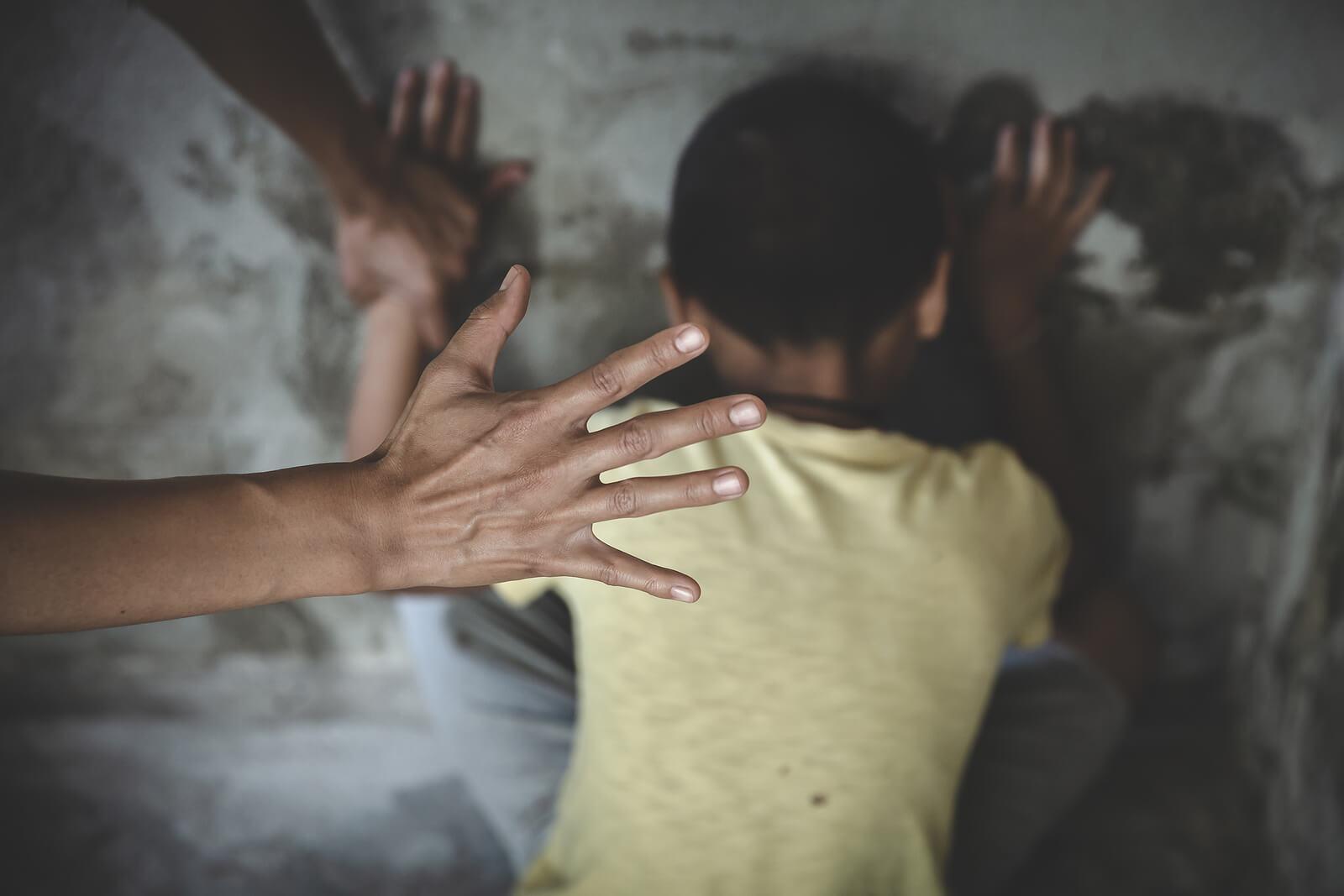 Niño sufriendo maltrato infantil.