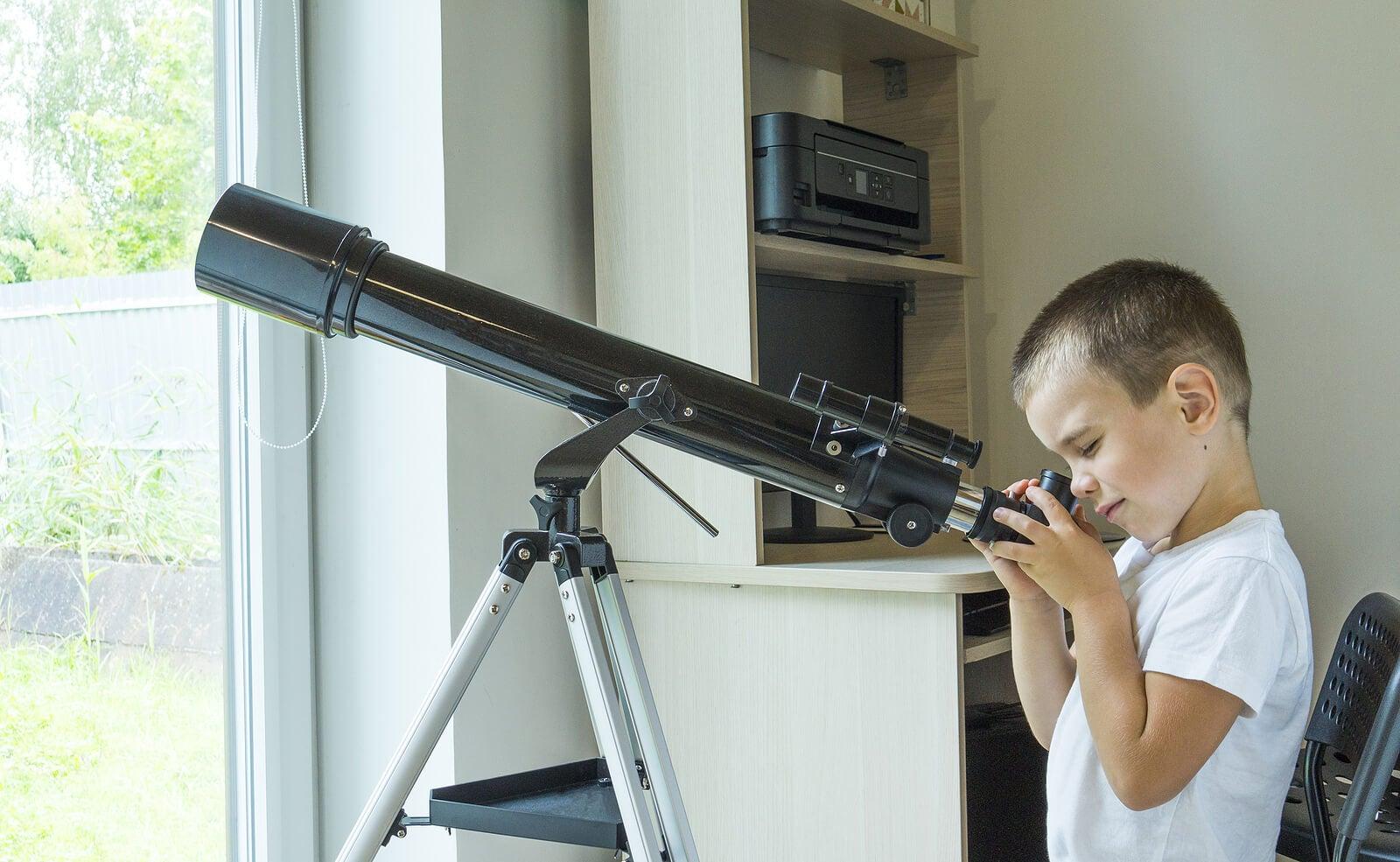 Niño mirando por un telescopio.