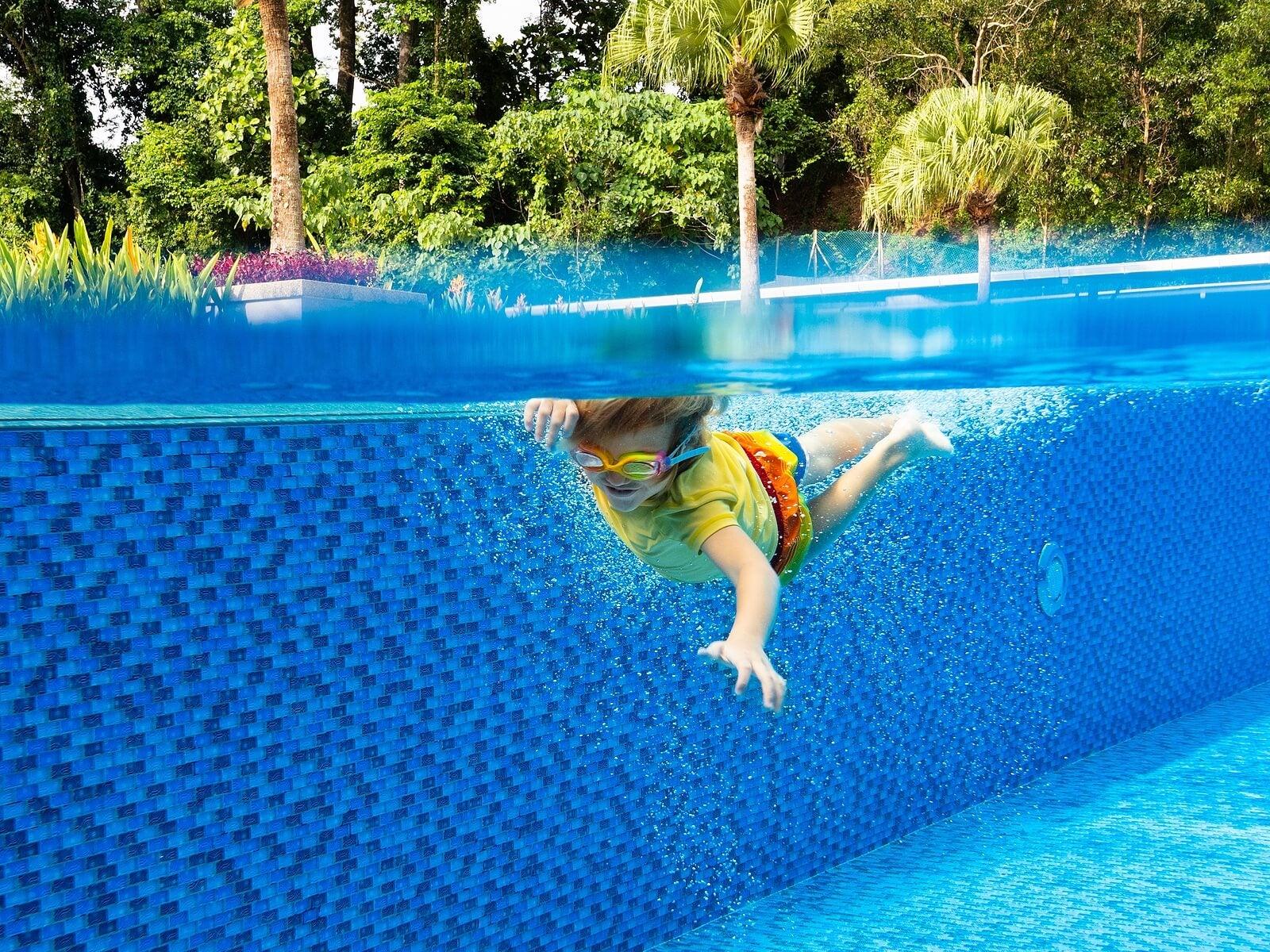 Niño en natación.