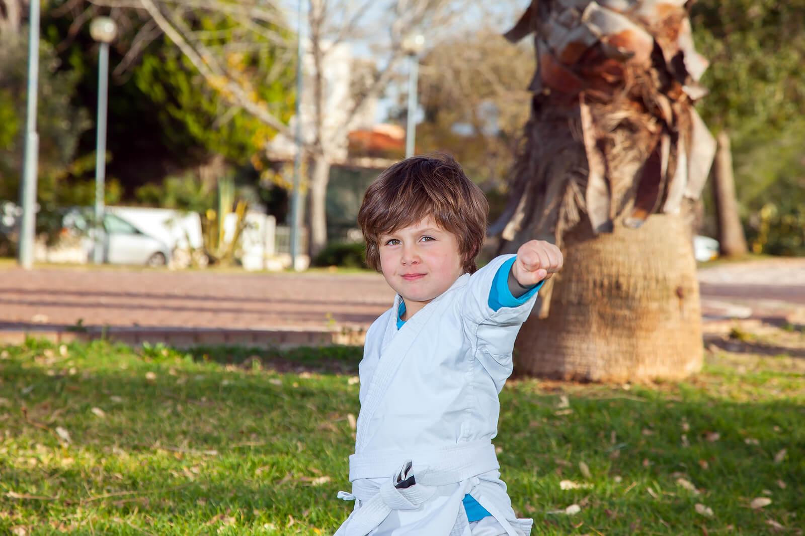 Niño practicando judo, uno de los mejores deportes para niños.