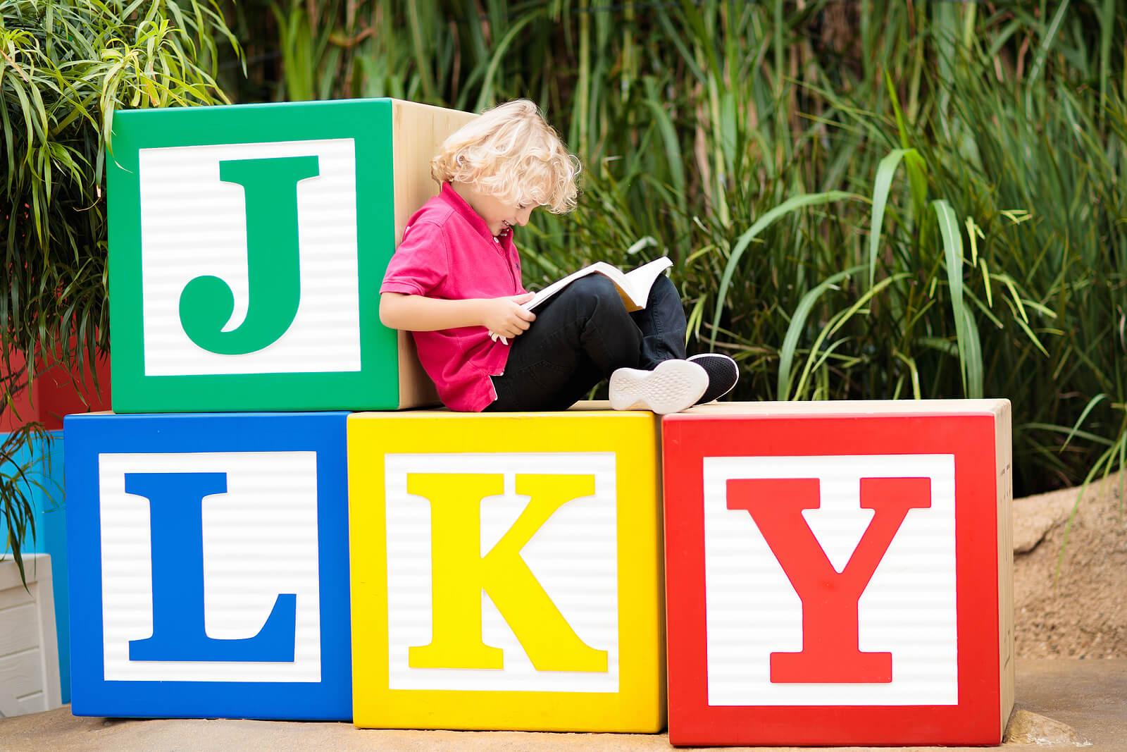 Niño aprendiendo ortografía gracias a la técnica de las superpalabras.