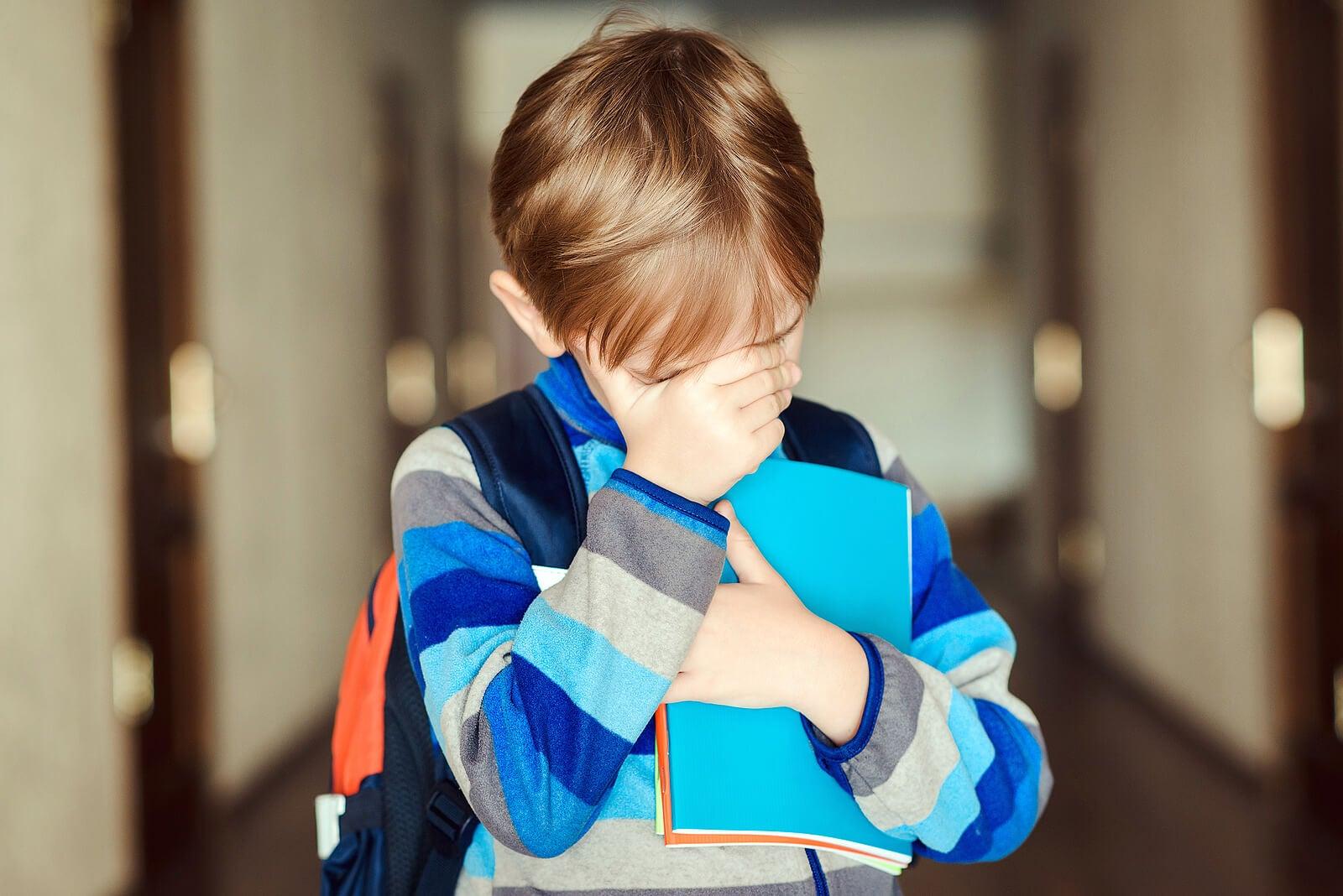 Niño triste porque se siente rechazado.