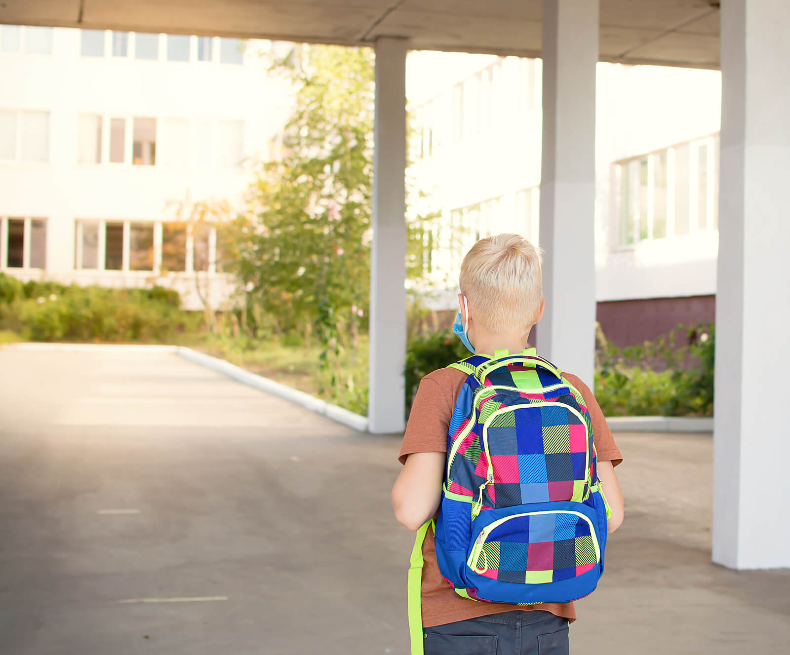 Niño yendo a su nuevo colegio.