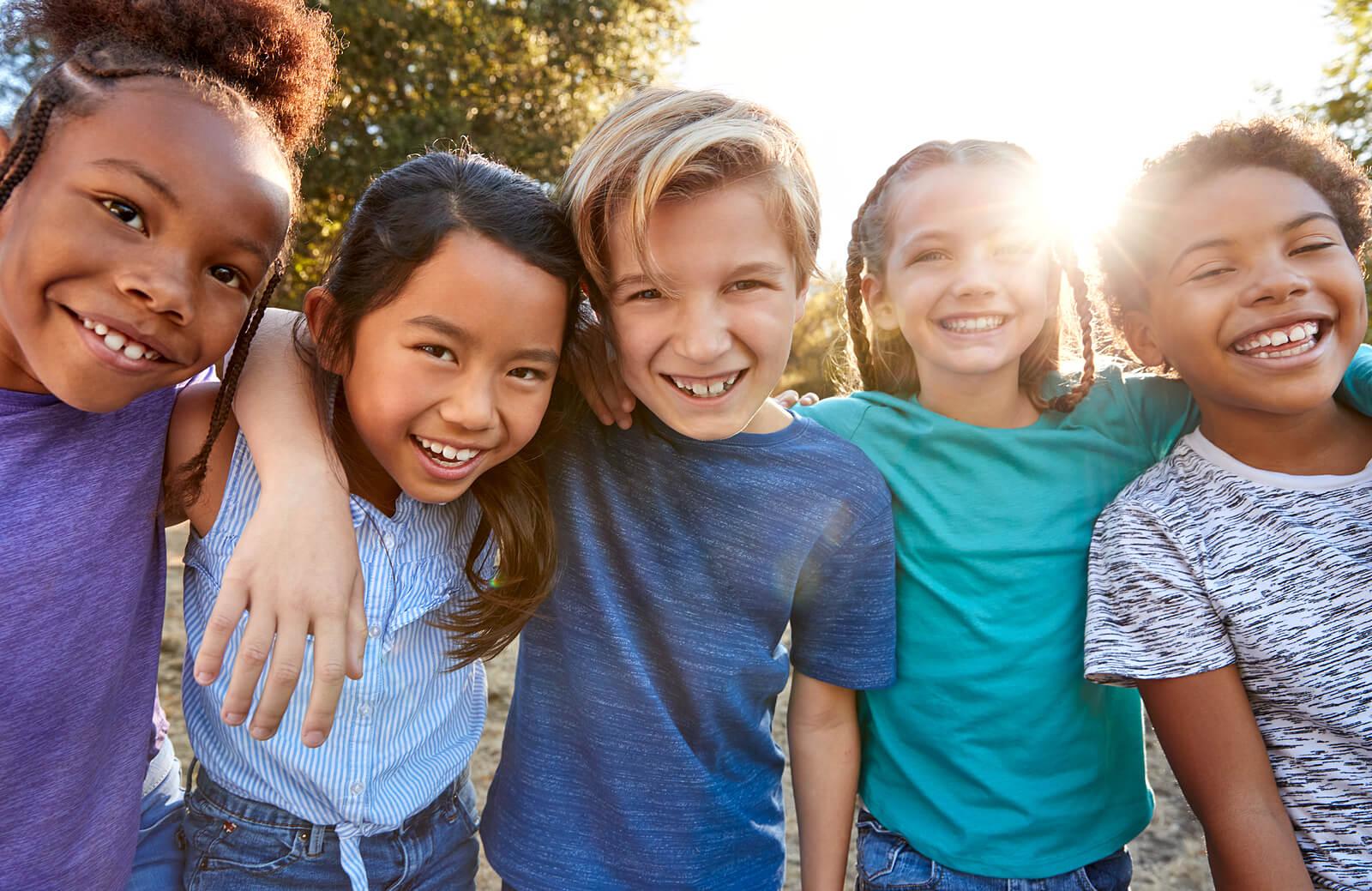 Niños aprendiendo a no juzgar a los demás y amando la diversidad.
