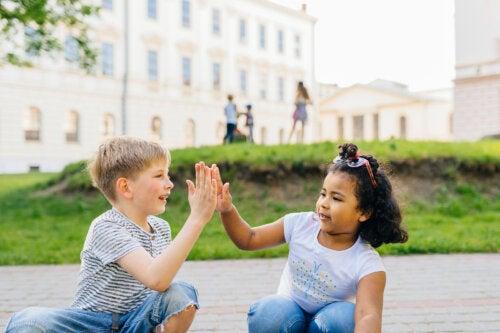 9 estrategias para enseñar a los niños a no juzgar a los demás
