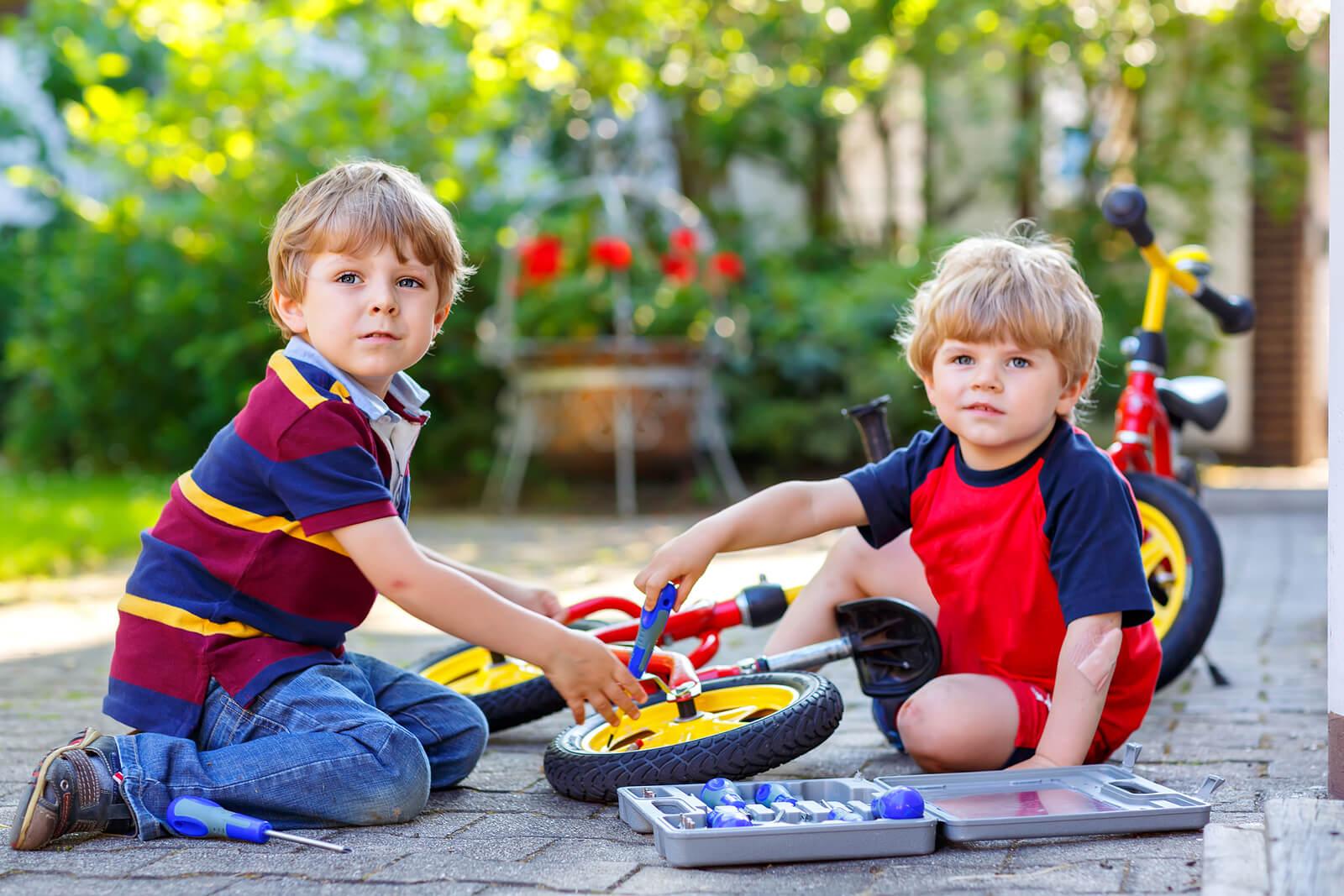 Niños jugando a arreglar una bicicleta para fomentar sus talentos.