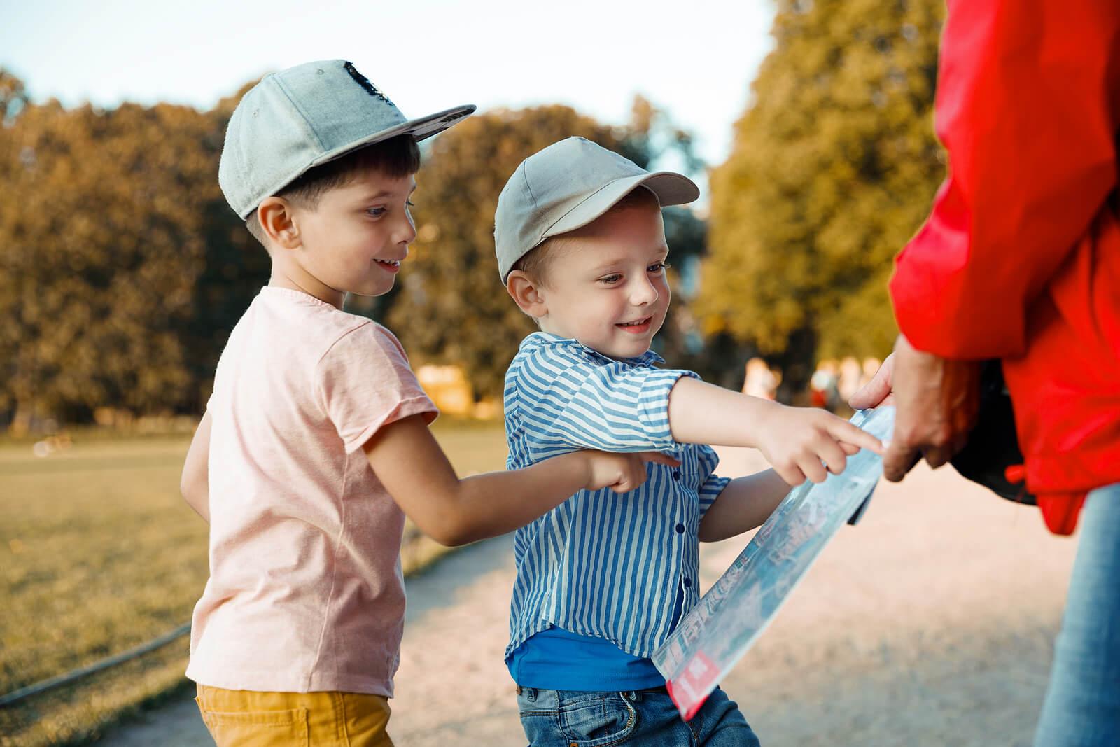 Niños consultando un mapa en la ciudad.