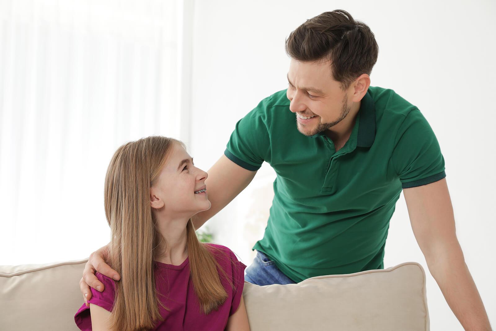 Padre hablando con su hija para evitar que se convierta en un eterno adolescente.