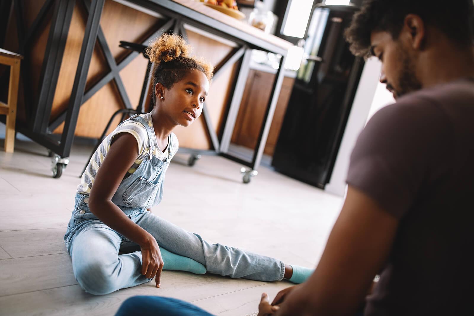 Padre hablando en familia aprendiendo a tener más paciencia con los hijos.