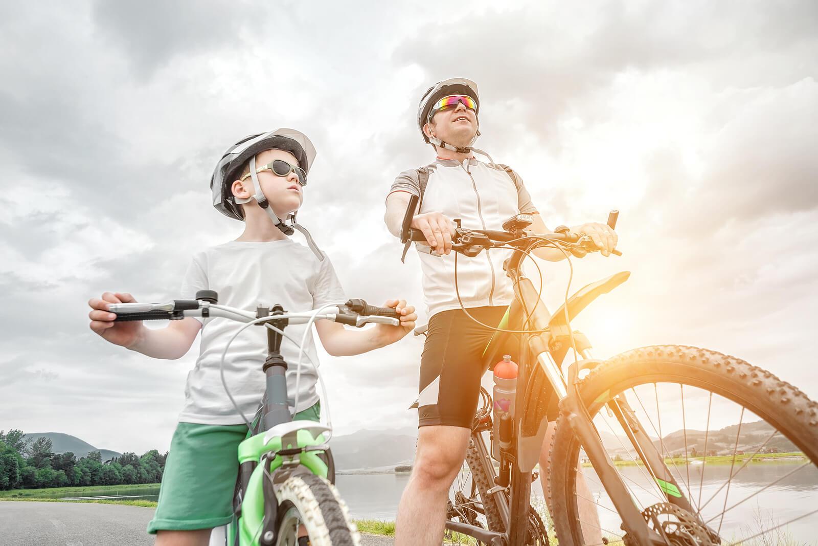 Padre e hijo haciendo una ruta en bicileta.