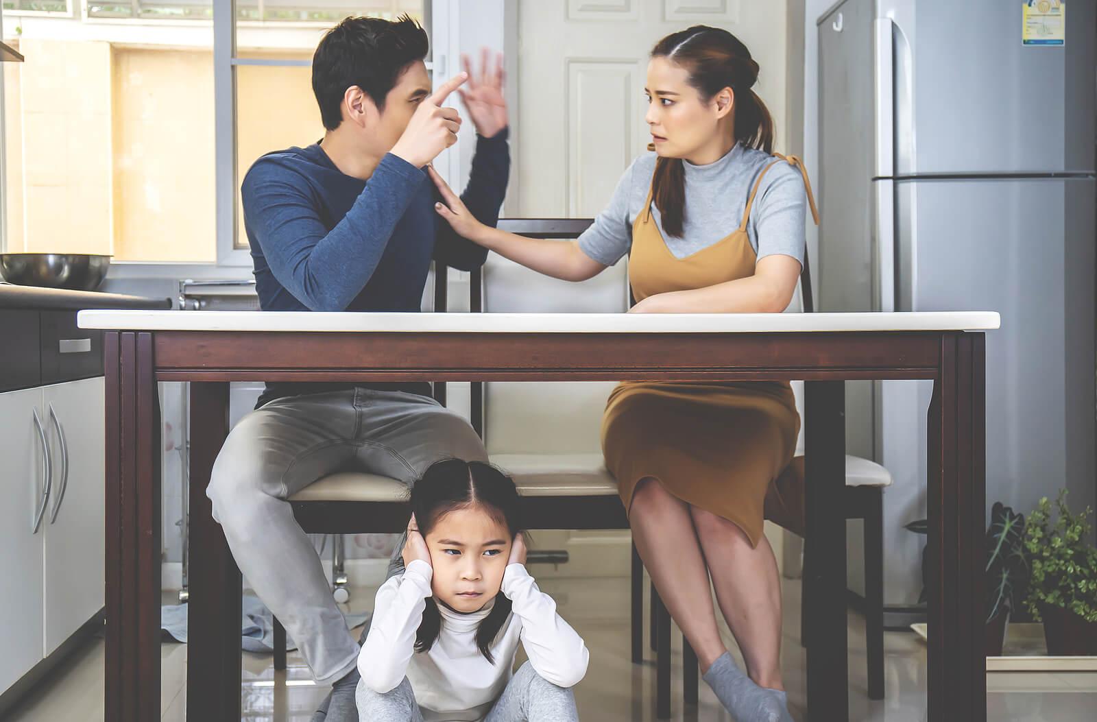 Padres discutiendo delante de su hija, una de las cosas que hay que evitar delante de los hijos.