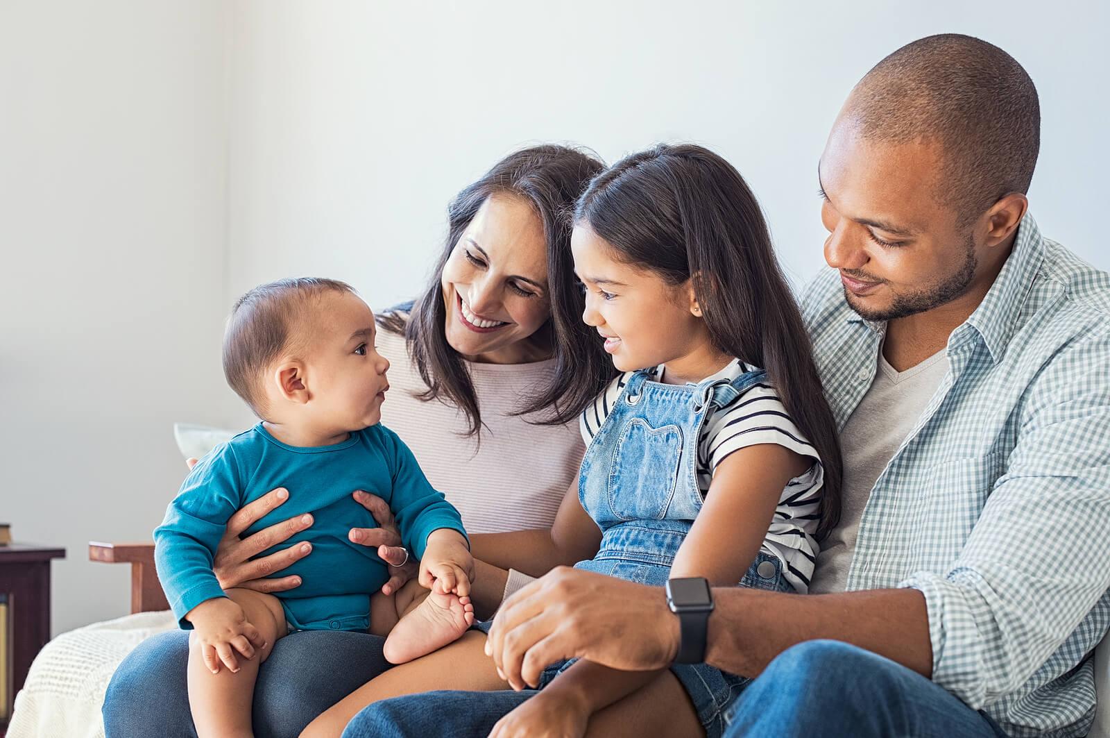 Padres formando un equipo para dales la mejor educación a sus hijos.