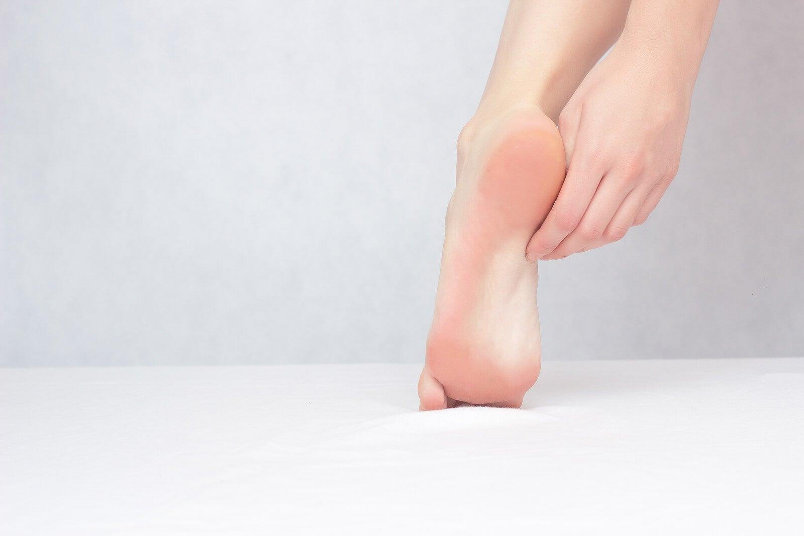 Picor de pies a causa de una dermatitis plantar.