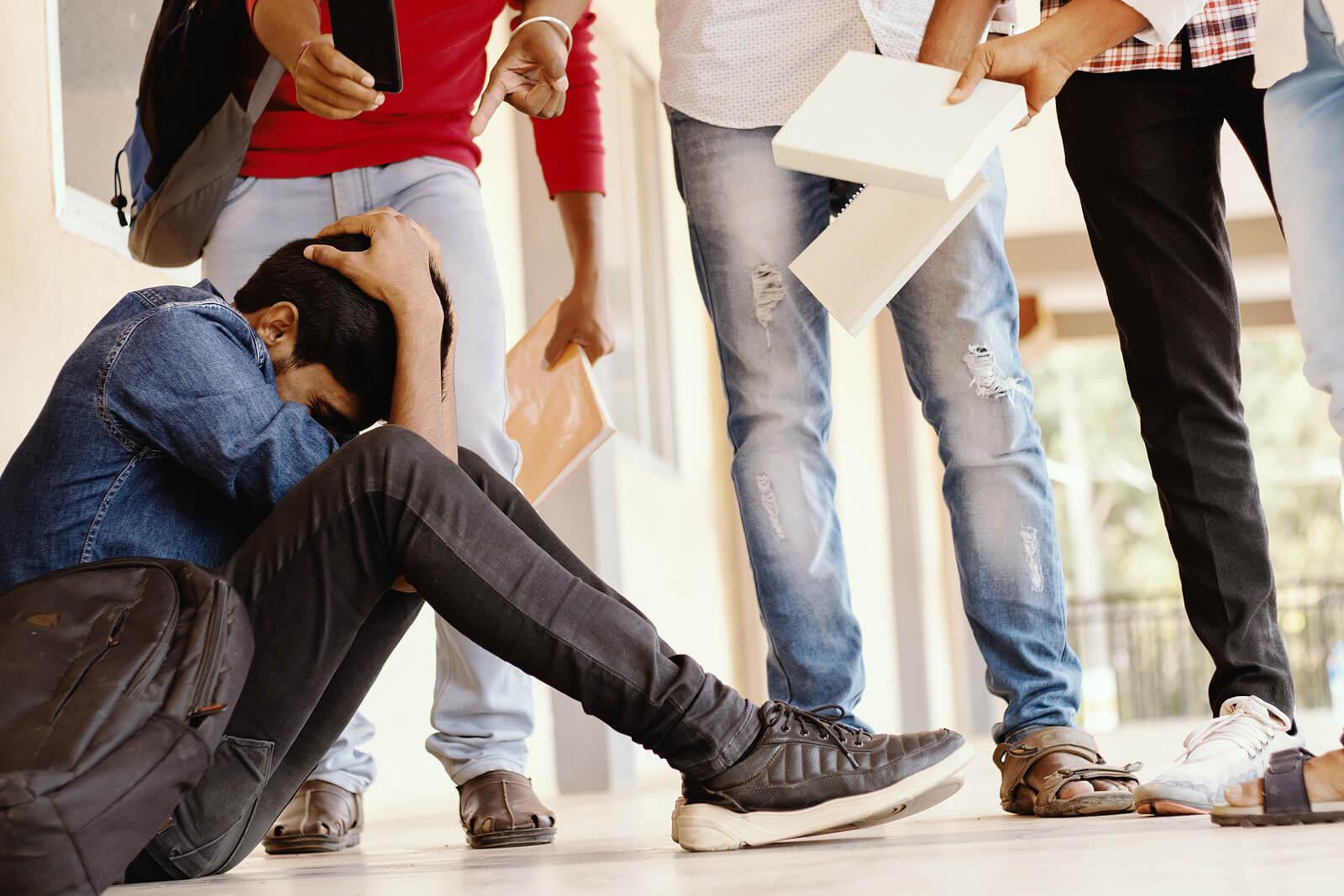 Adolescent victime de harcèlement par ses camarades de classe.
