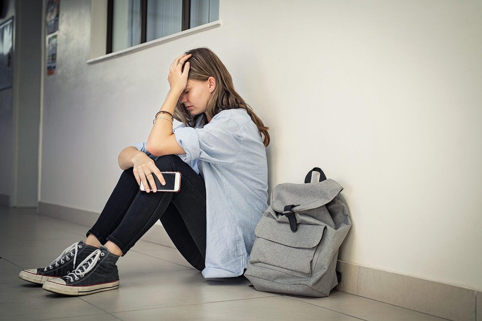 Adolescente sufriendo acoso sin saber cómo actuar frente al bullying.