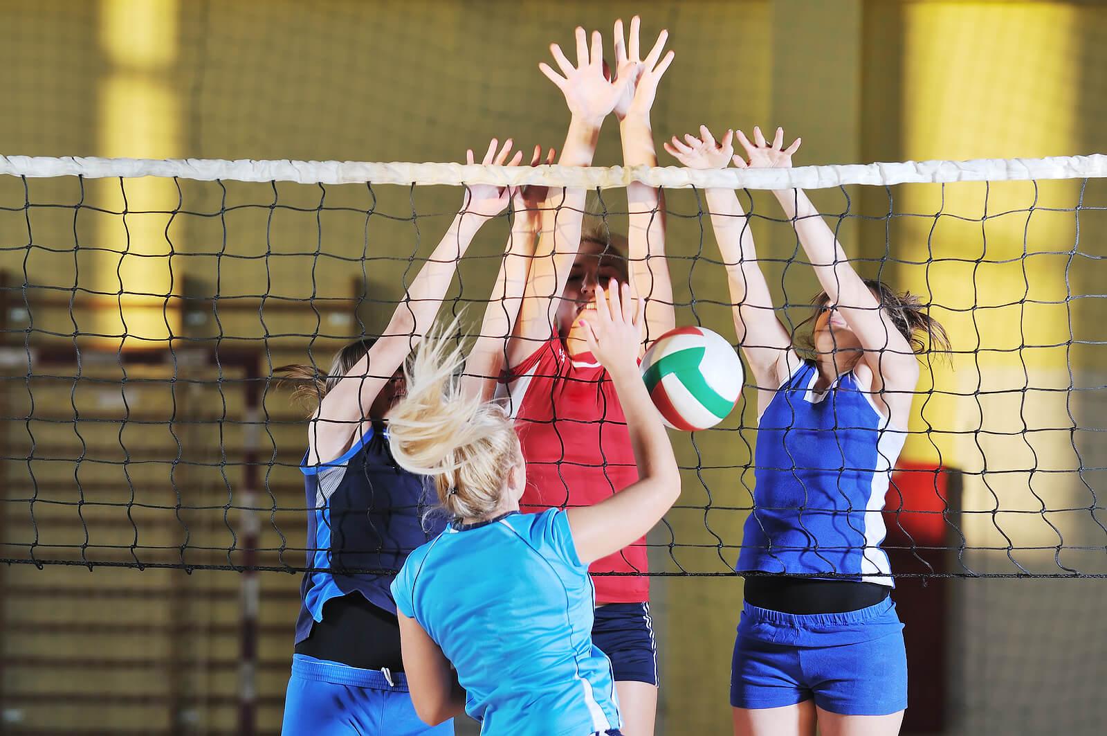 Chicas jugando al voleibol.