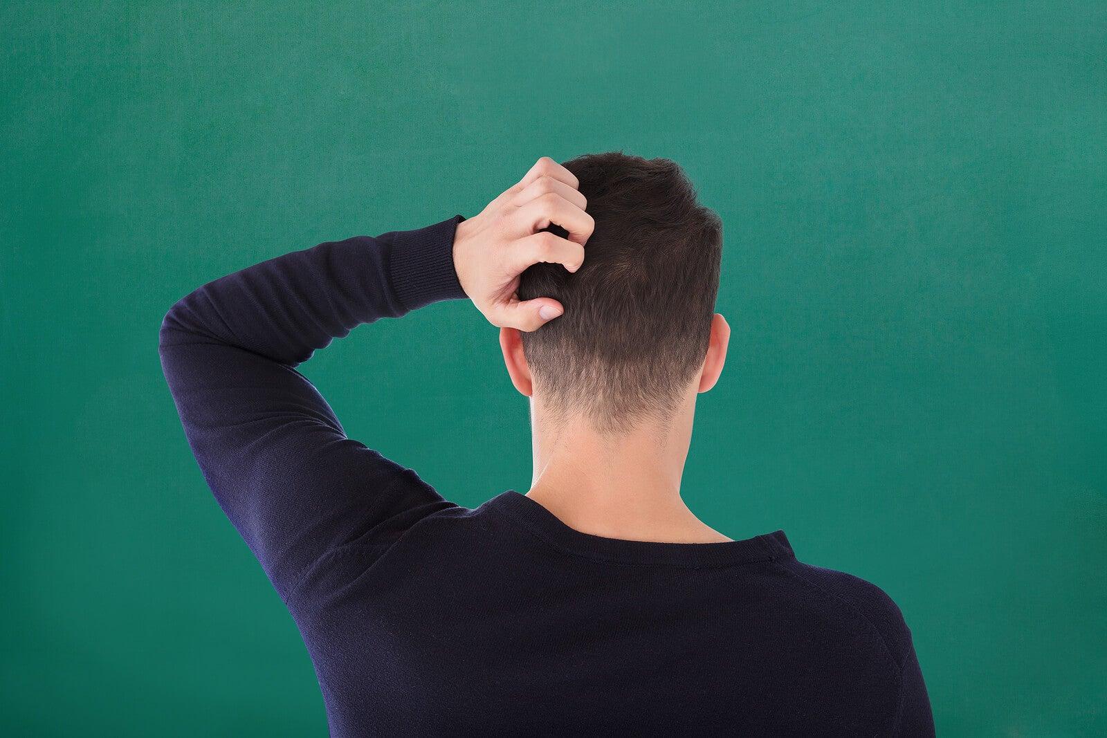 Chico con caspa, uno de los problemas de la piel más comunes en adolescentes.