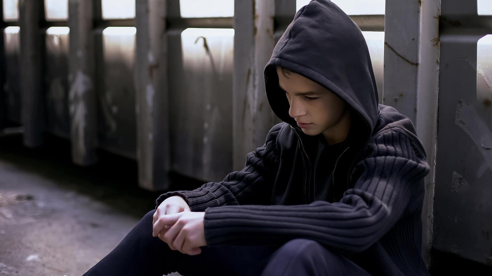 Chico adolescente pensando en escapar de casa.